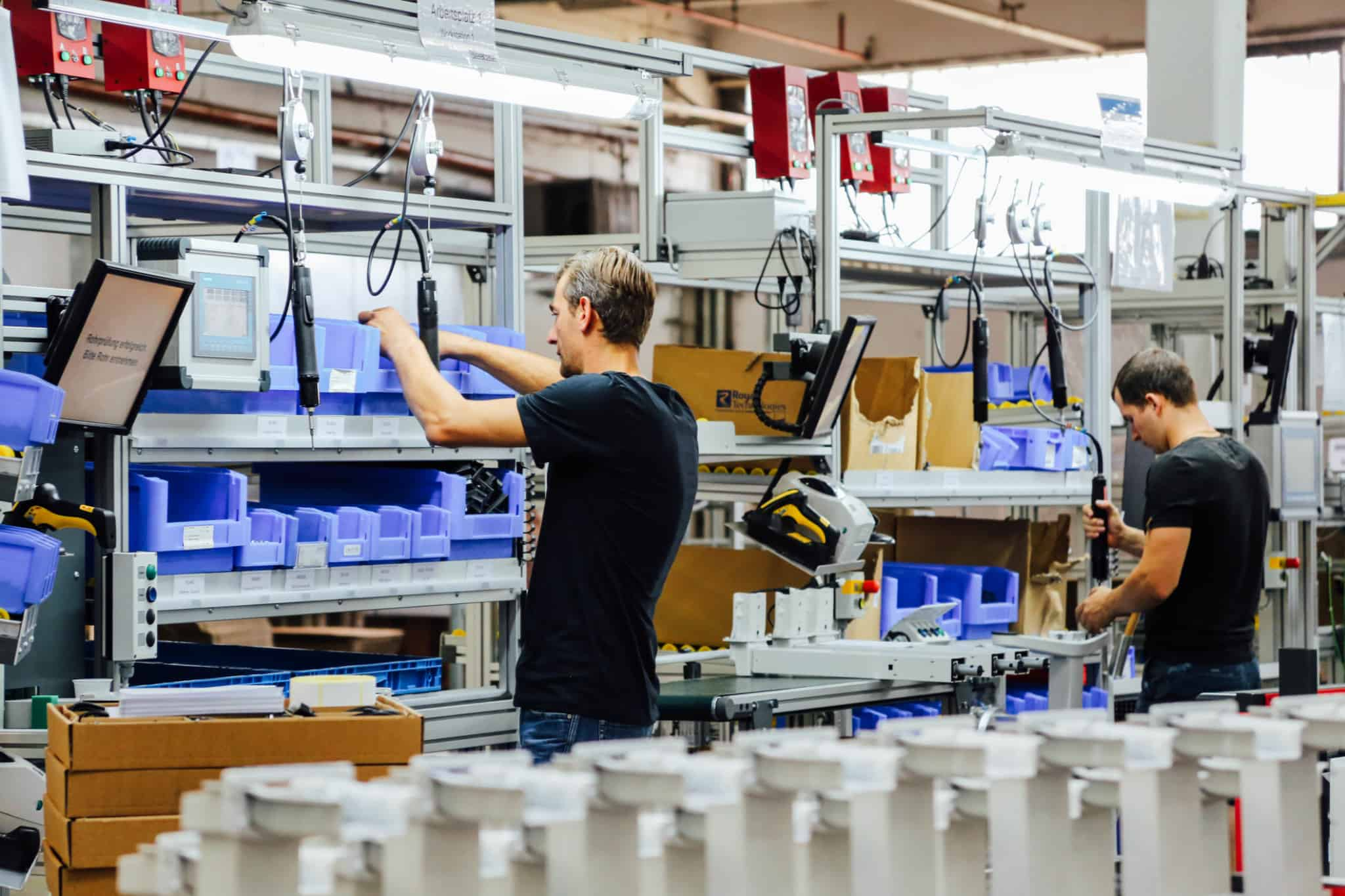 Dois trabalhadores numa fábrica