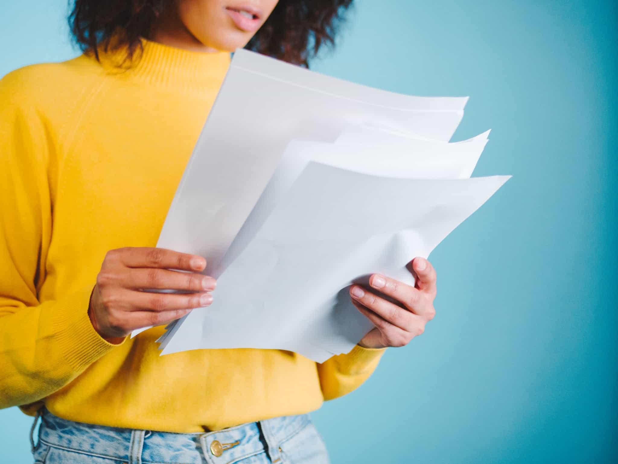 rapariga a ler documentos de folhas de papel