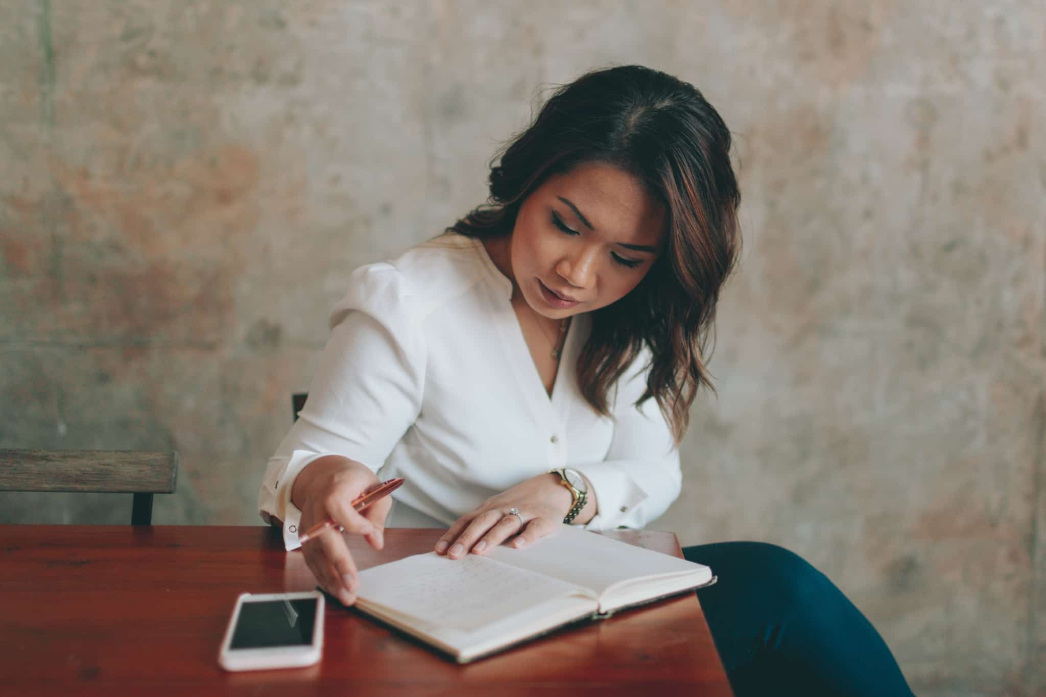 mulher a fazer notas no seu caderno