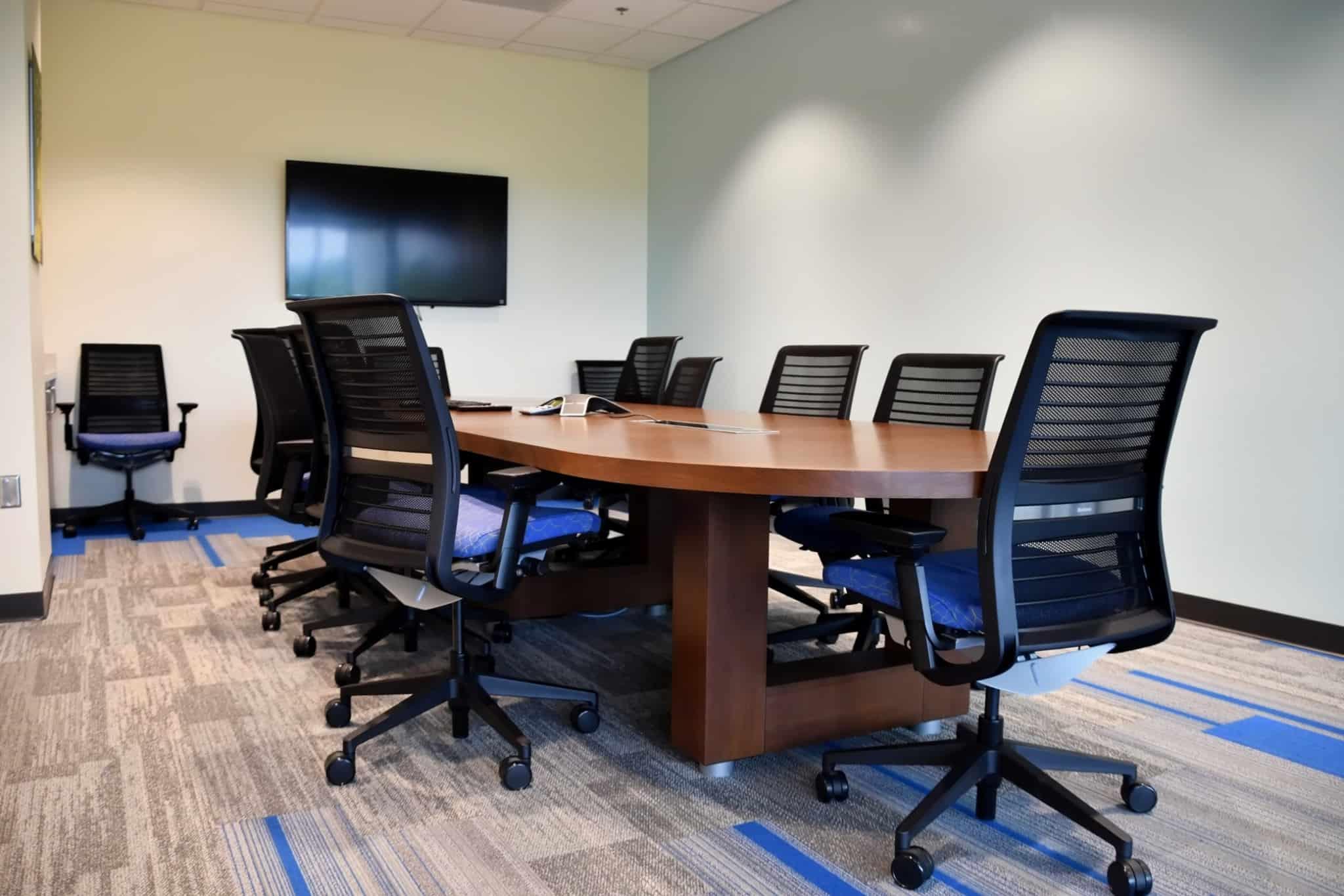 sala de reuniões com cadeiras pretas à volta da mesa