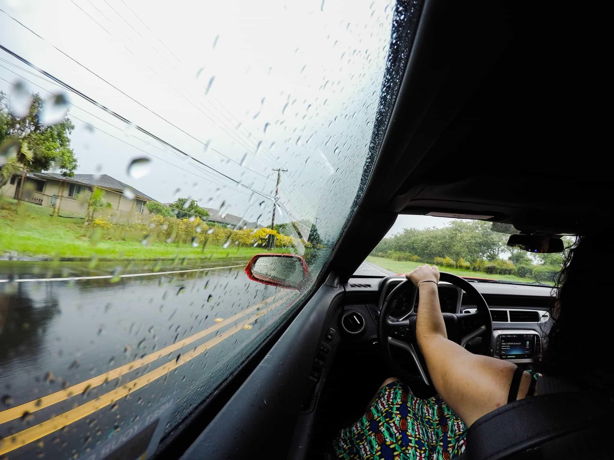 rapariga a guiar na chuva
