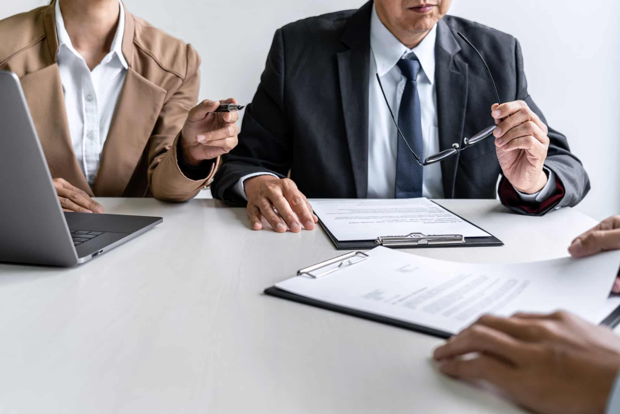 entrevista de trabalho com duas pessoas a entrevistar