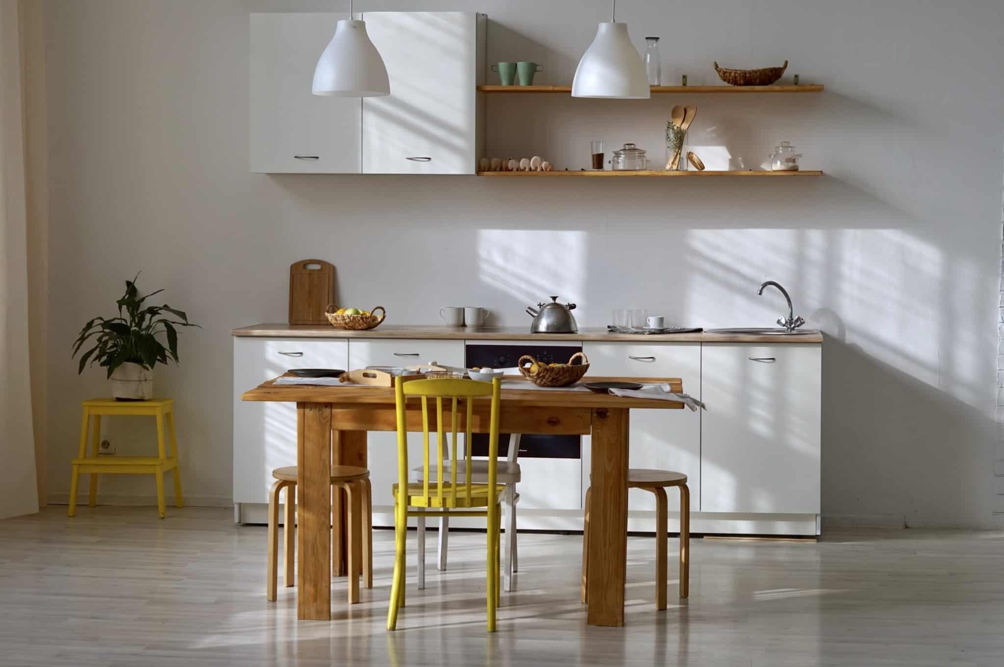 cozinha com uma mesa de madeira e duas cadeiras e dois bancos