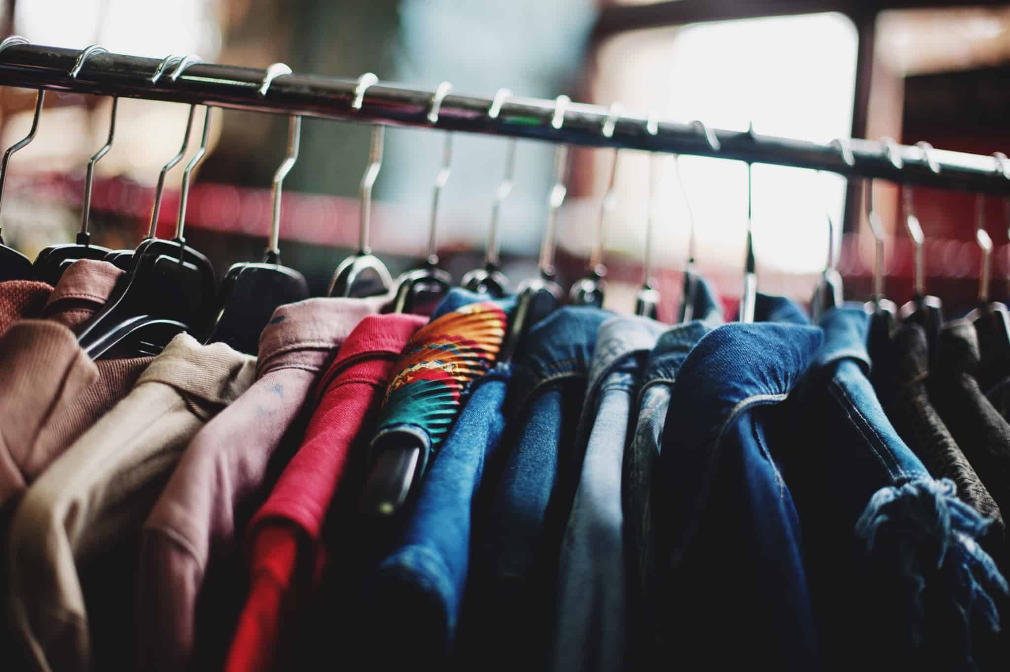 cabide com roupa pendurada