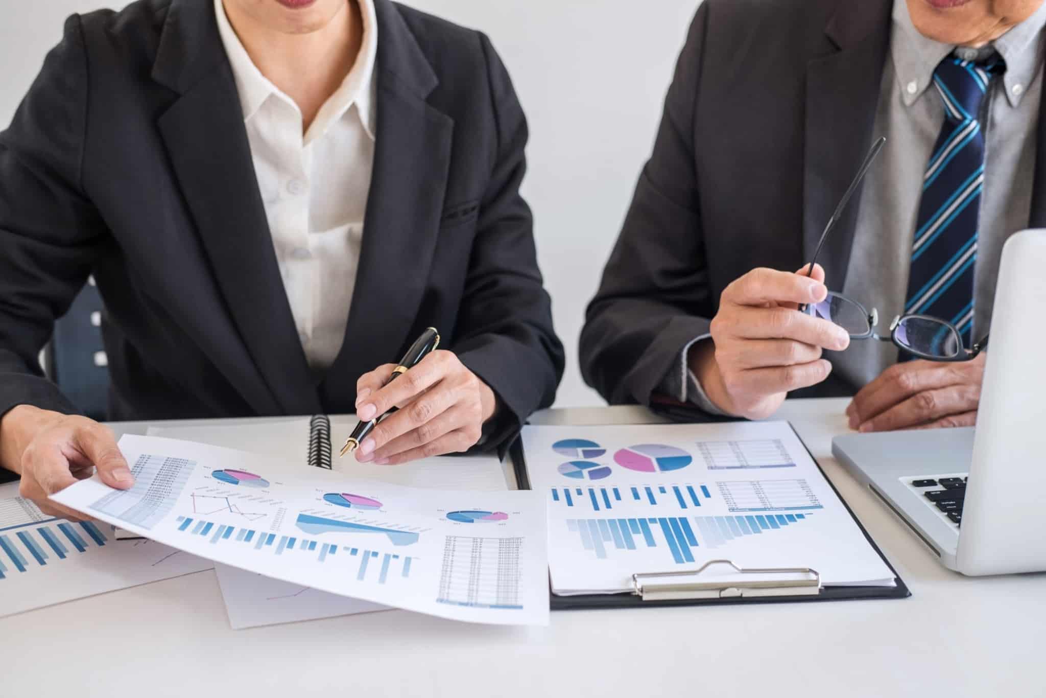dois empresários a mexer em gráficos