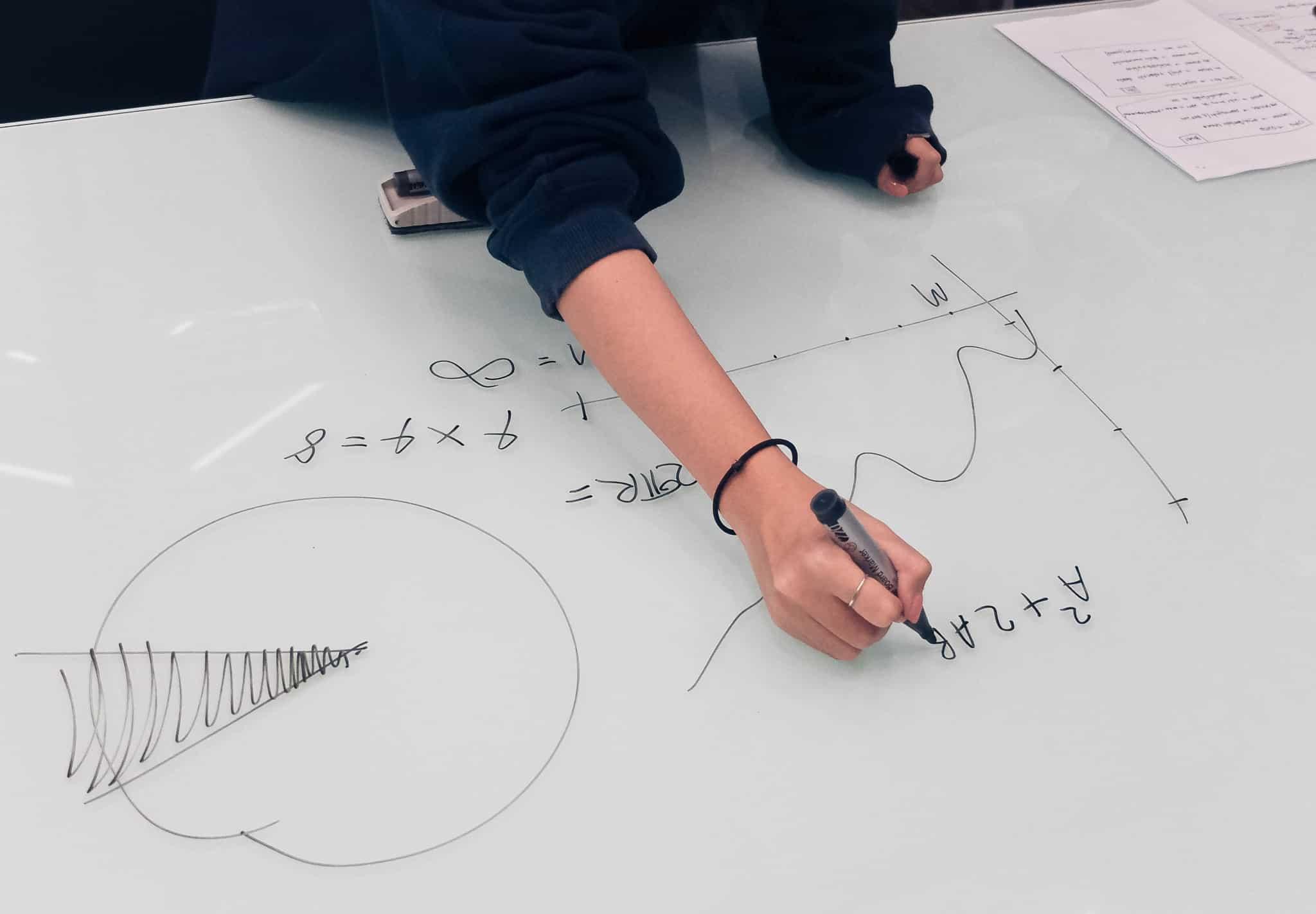 rapariga a desenhar um grafico com caneta de feltro