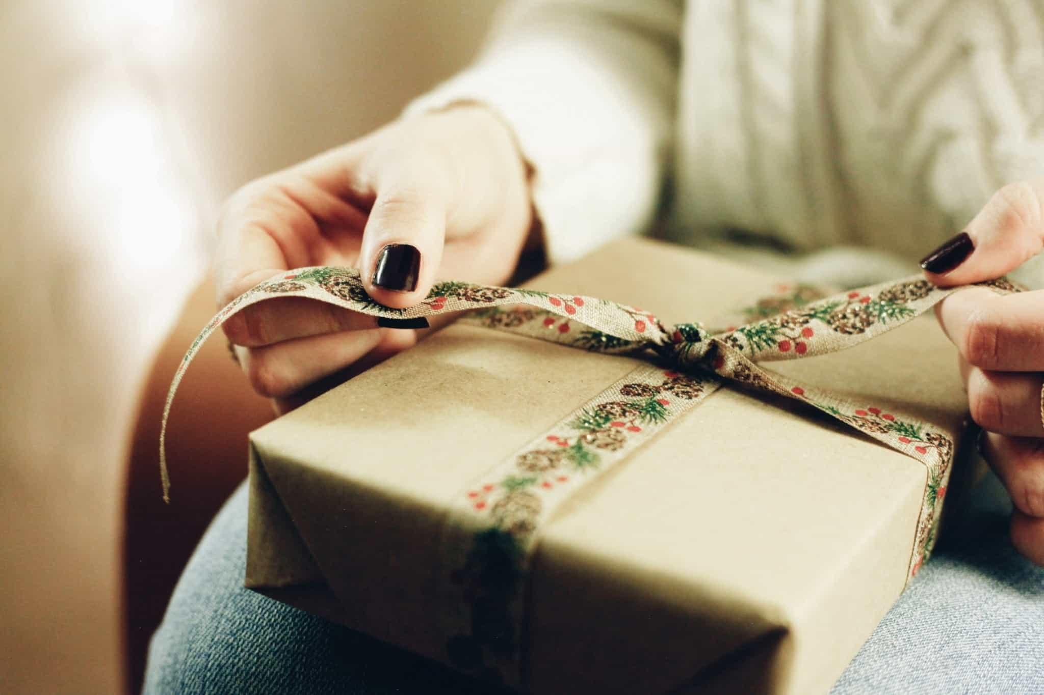 a fazer um laço num presente de natal