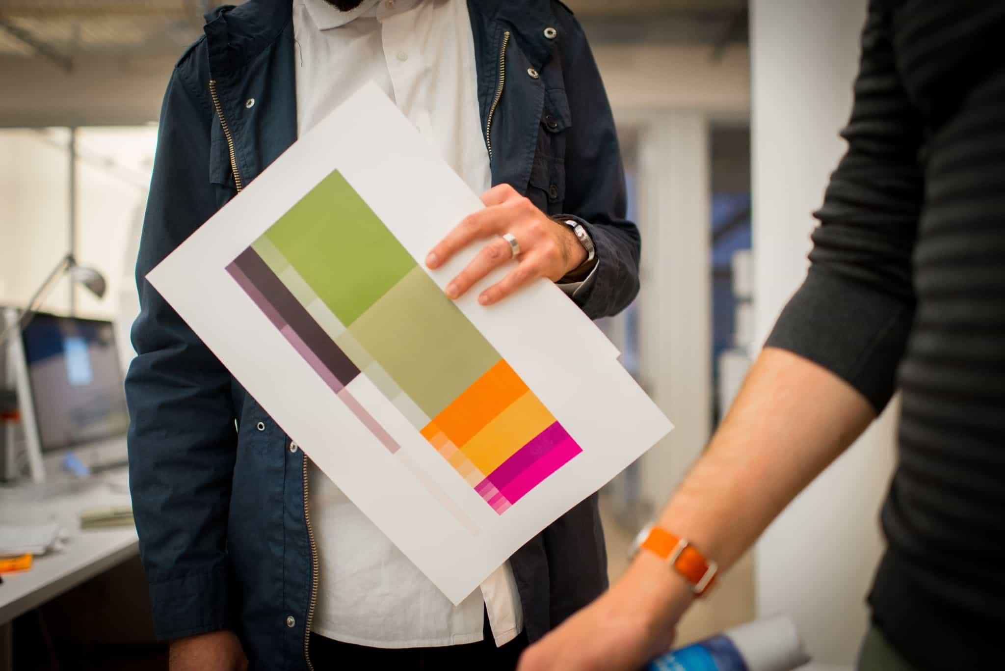designer a segurar folha com palete de cores