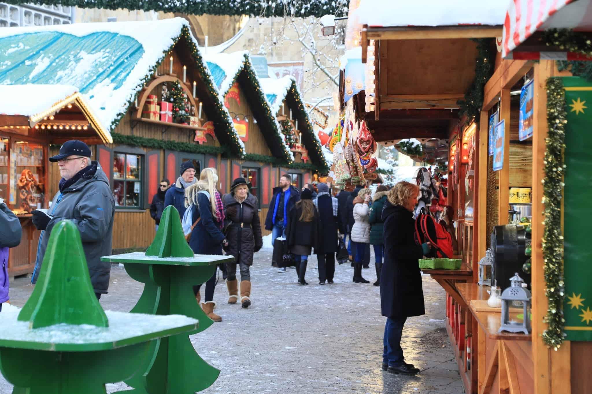 mercado de inverno com casinhas de madeira