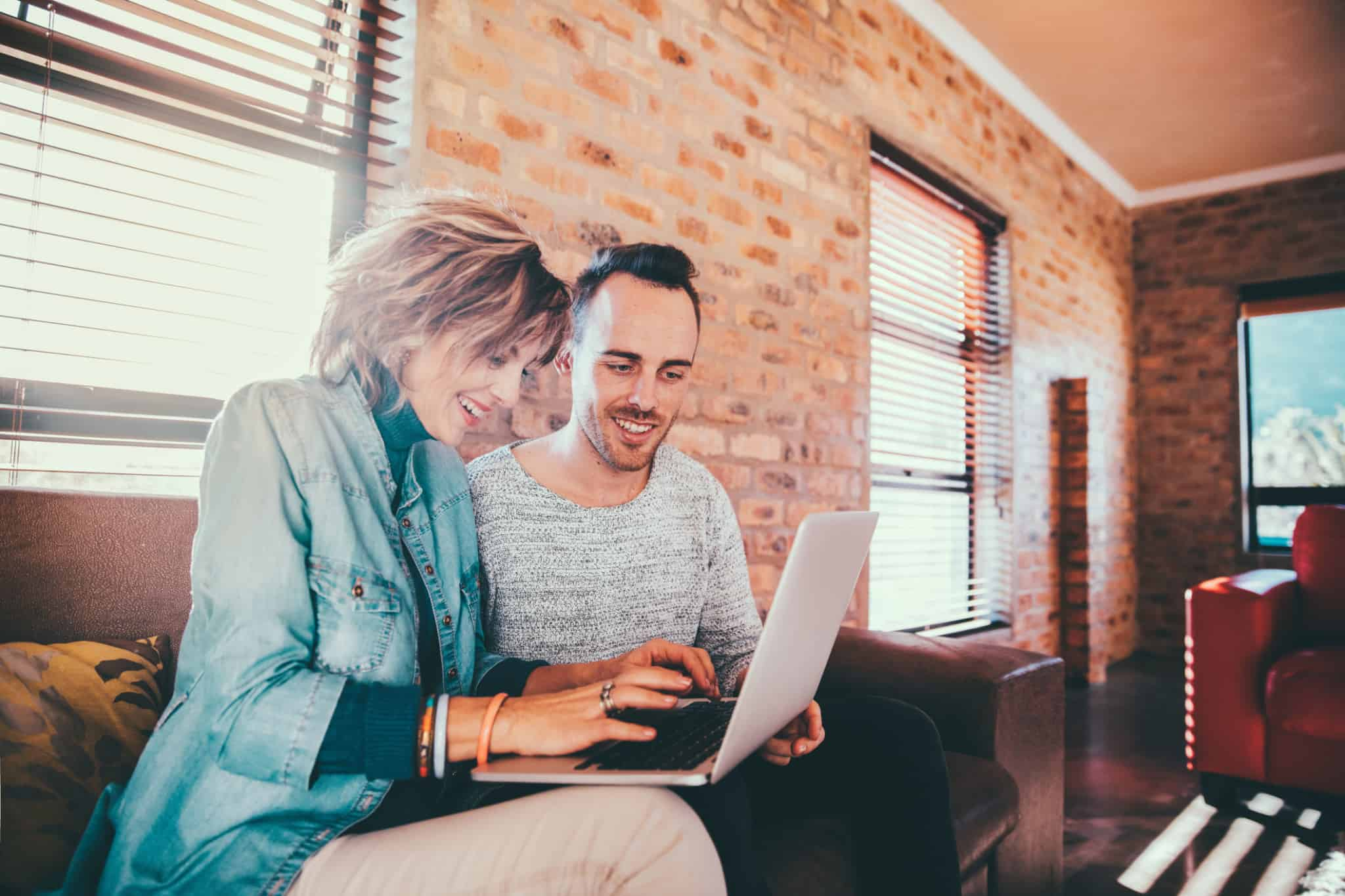 mãe e filho a pesquisar algo no computador