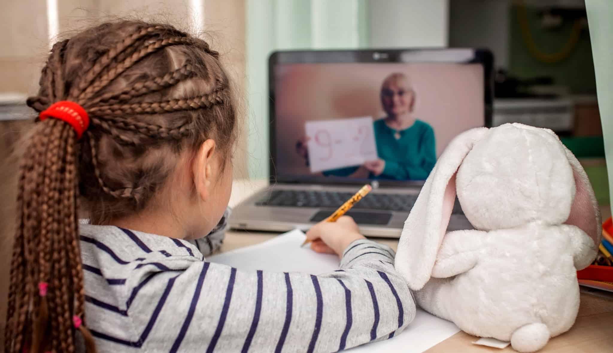 criança a ter aulas online