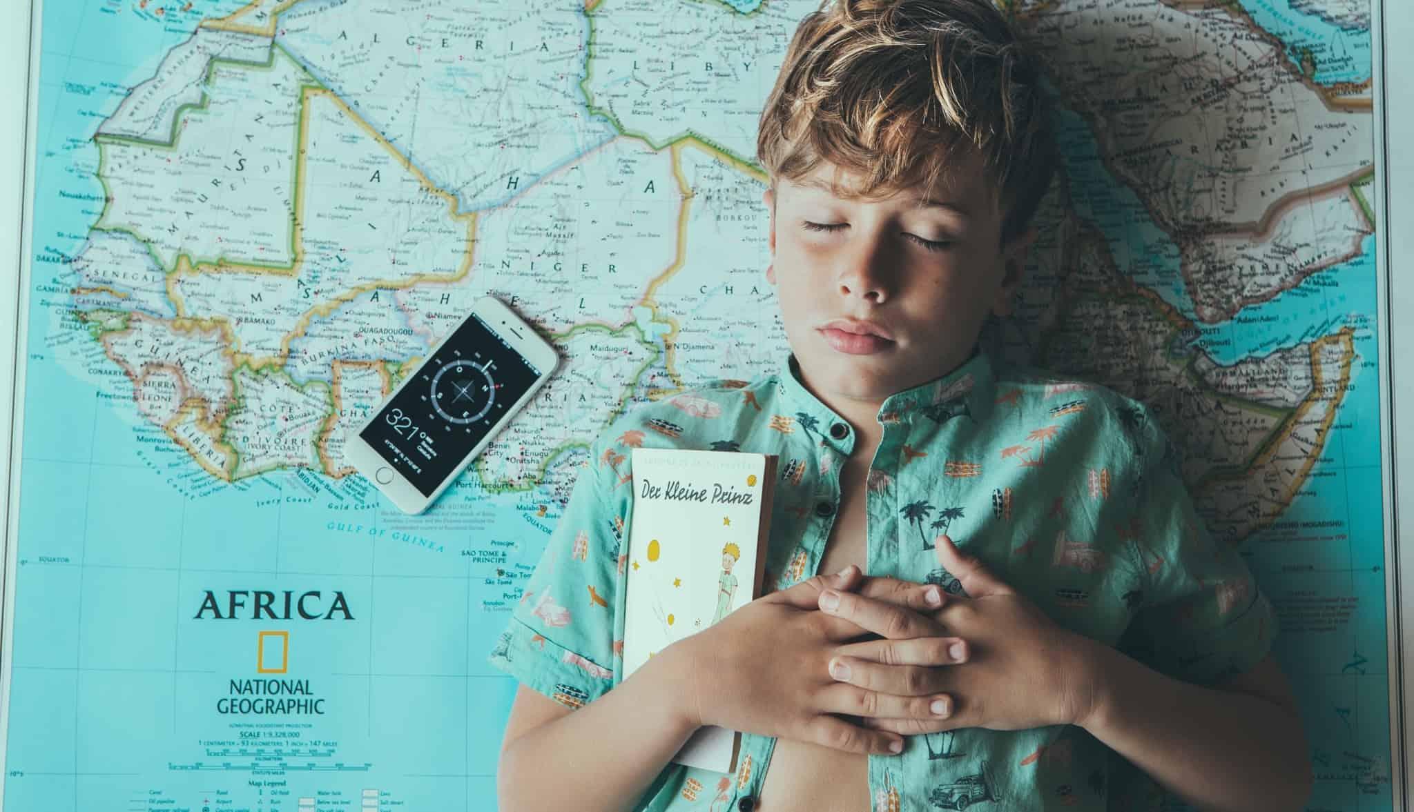 Criança com um mapa mundo