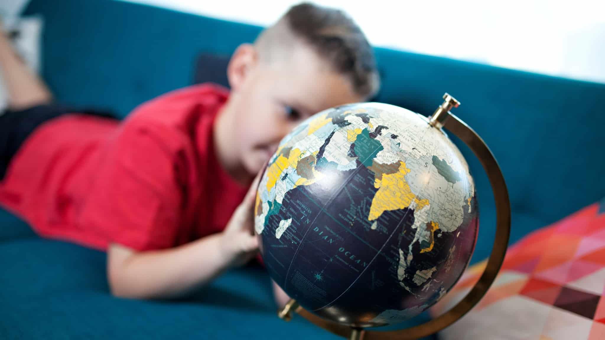 Criança a ver o um globo