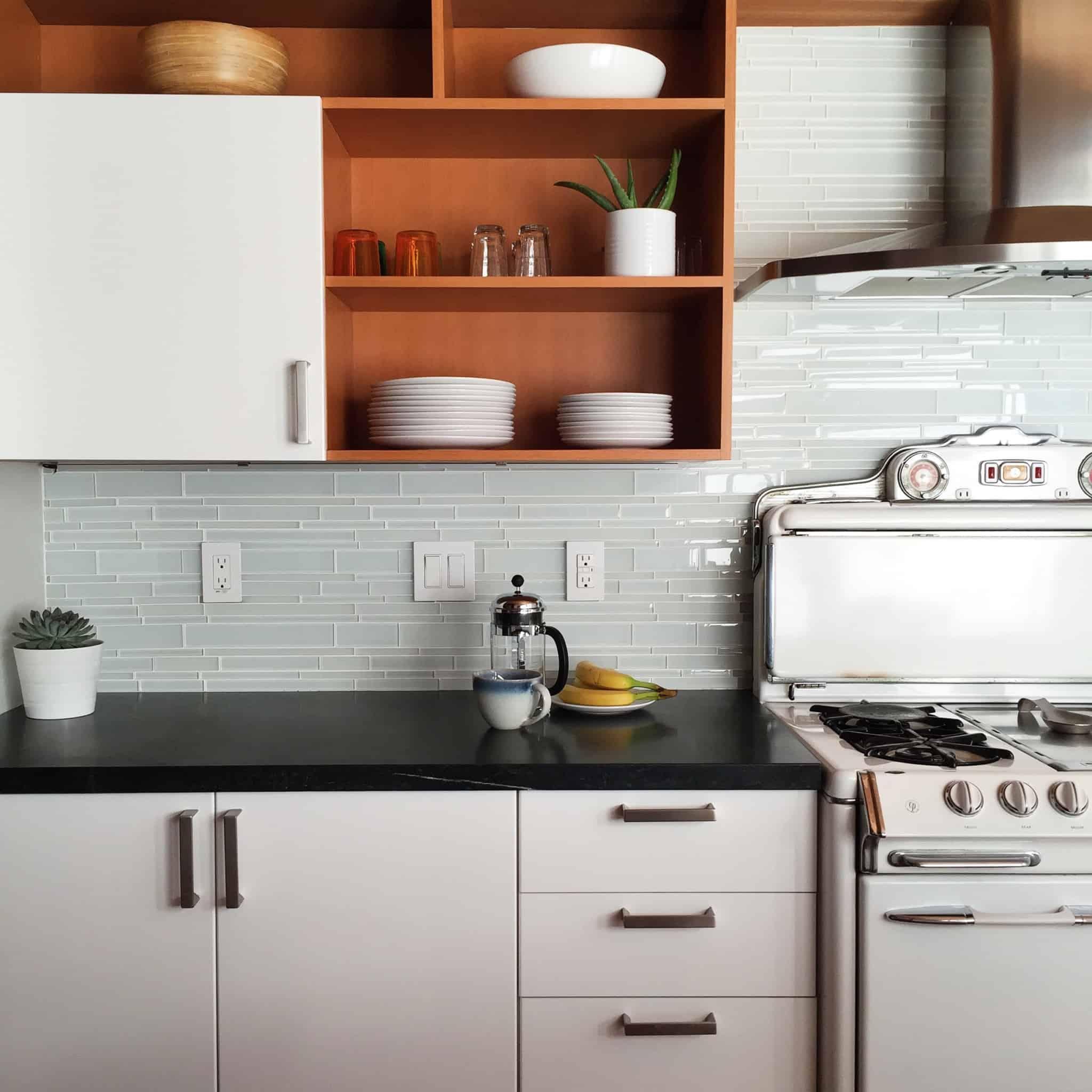 balcão da cozinha com fogão e forno ao lado direito