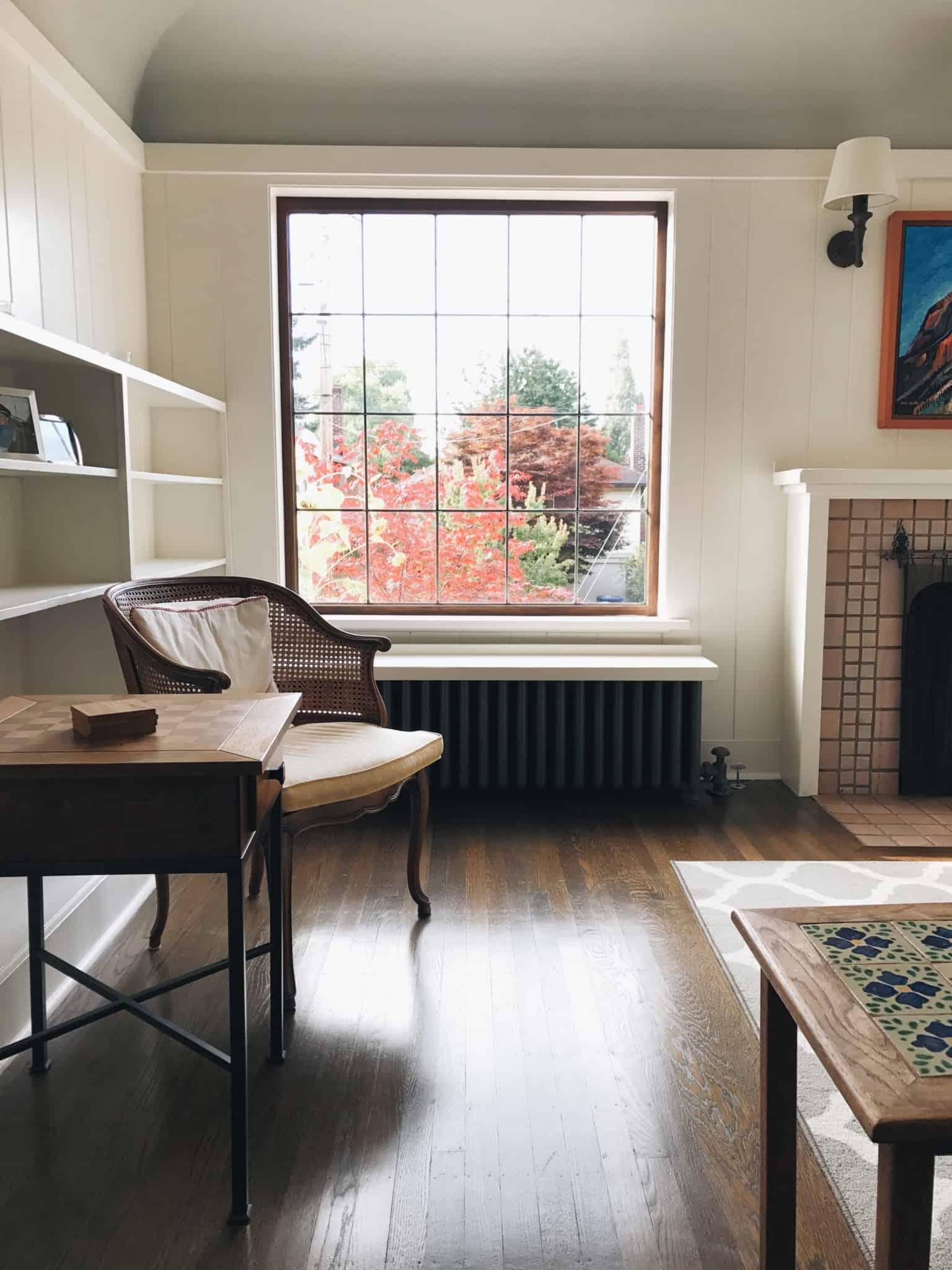 alojamento local com janela cadeira e mesa de madeira