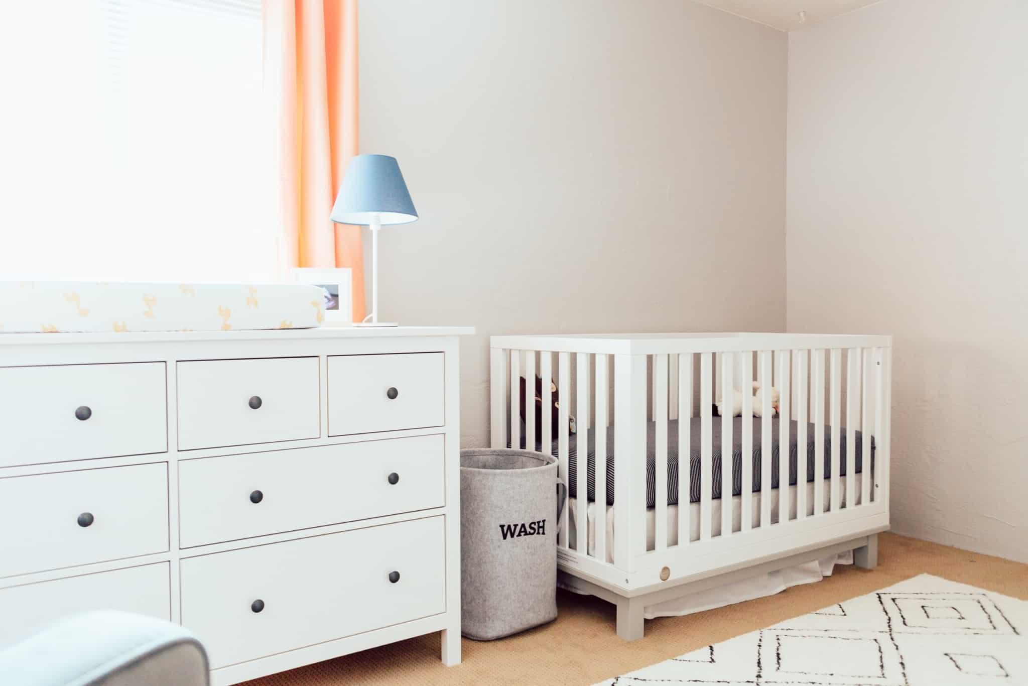 quarto de bebé com muda fraldas e berço branco