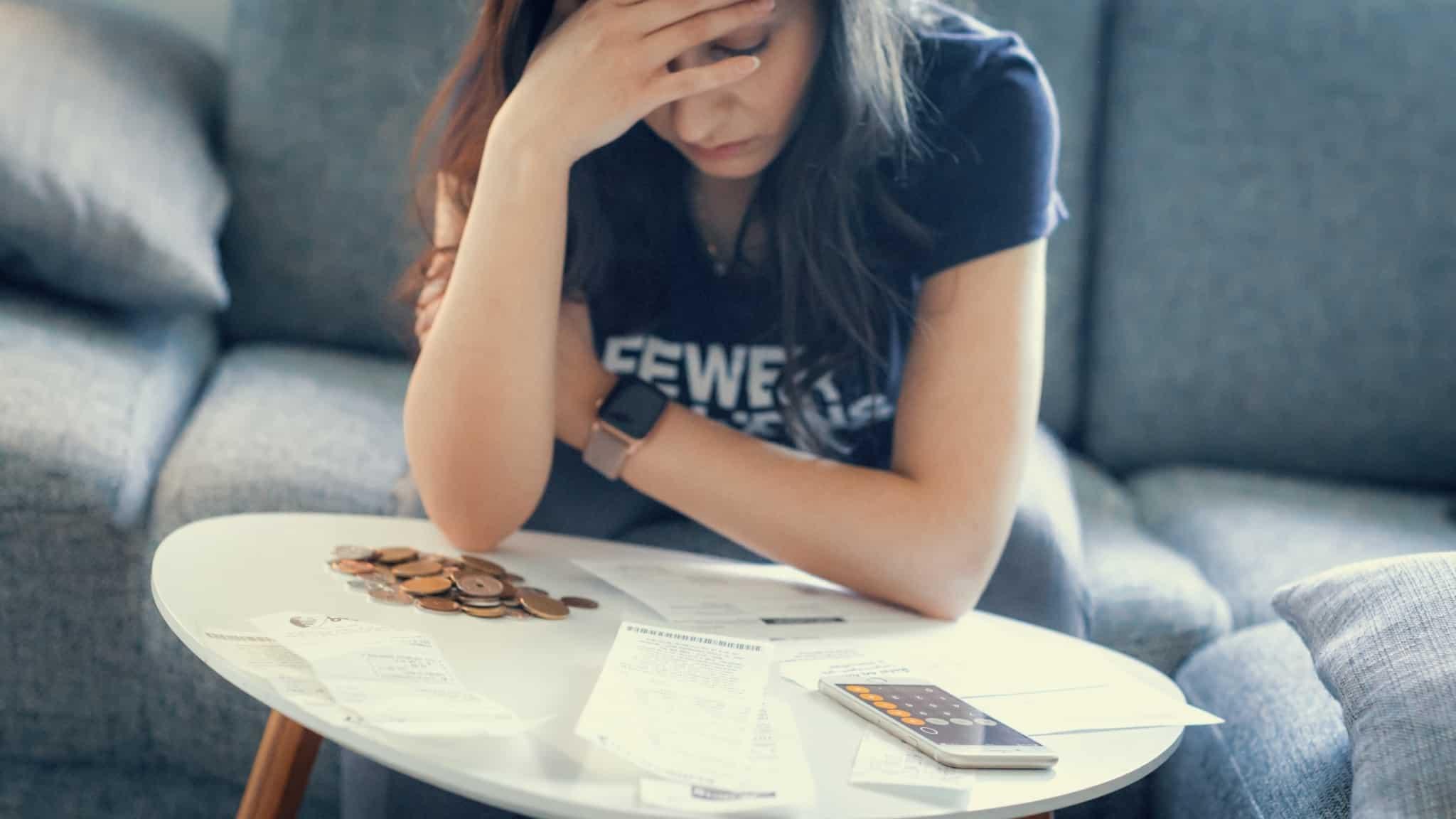 mulher preocupada com as suas finanças