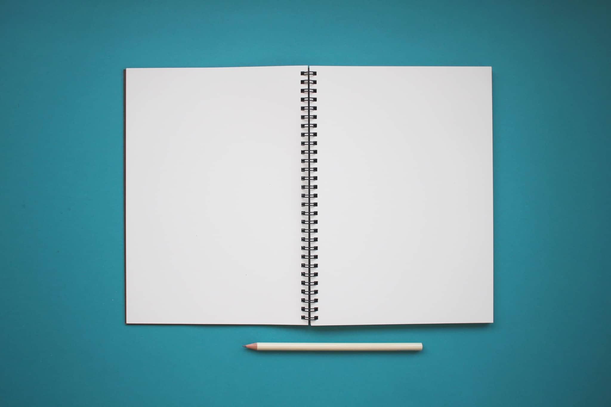 caderno branco aberto mas está vazio