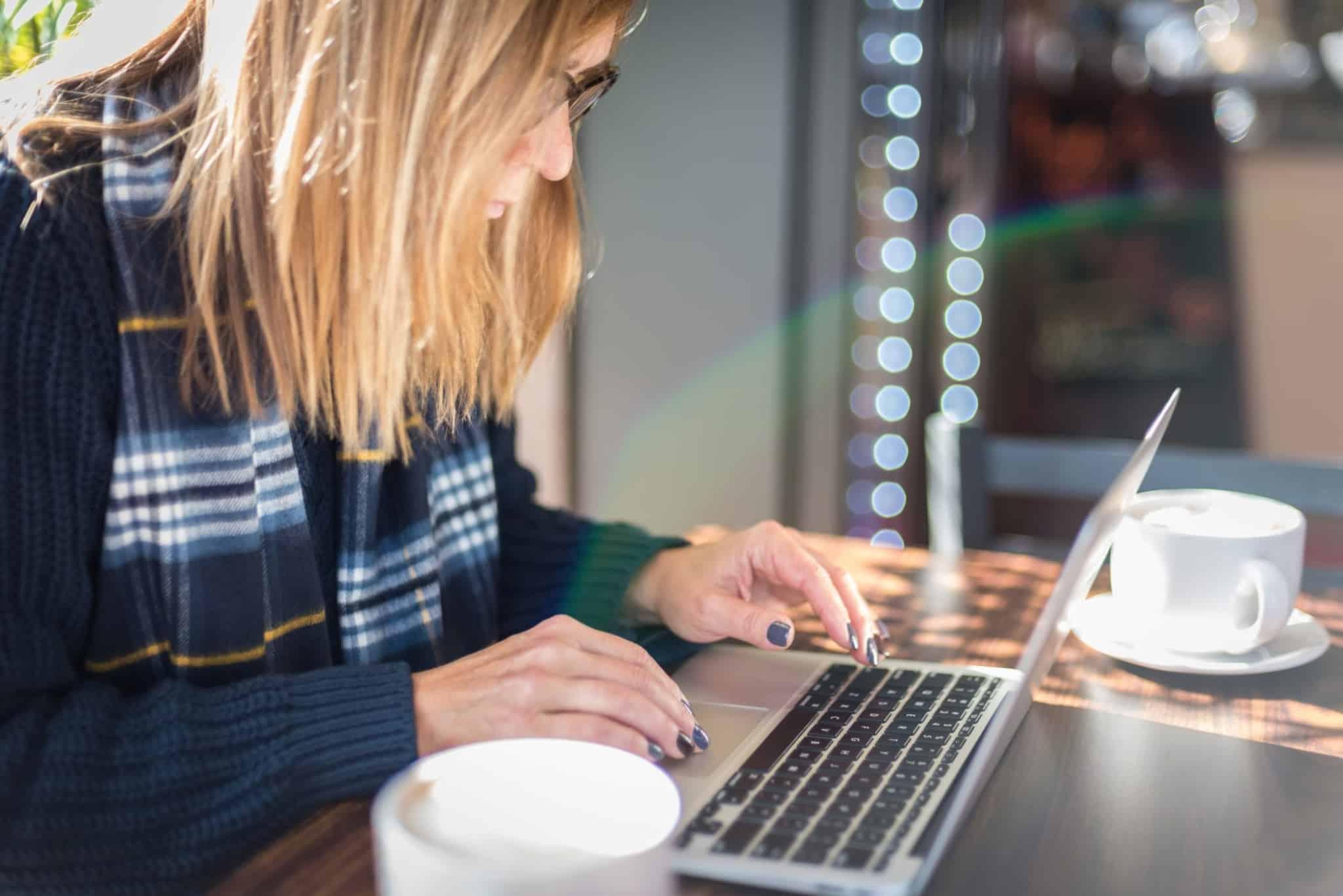 rapariga loira a utilizar o computador portátil