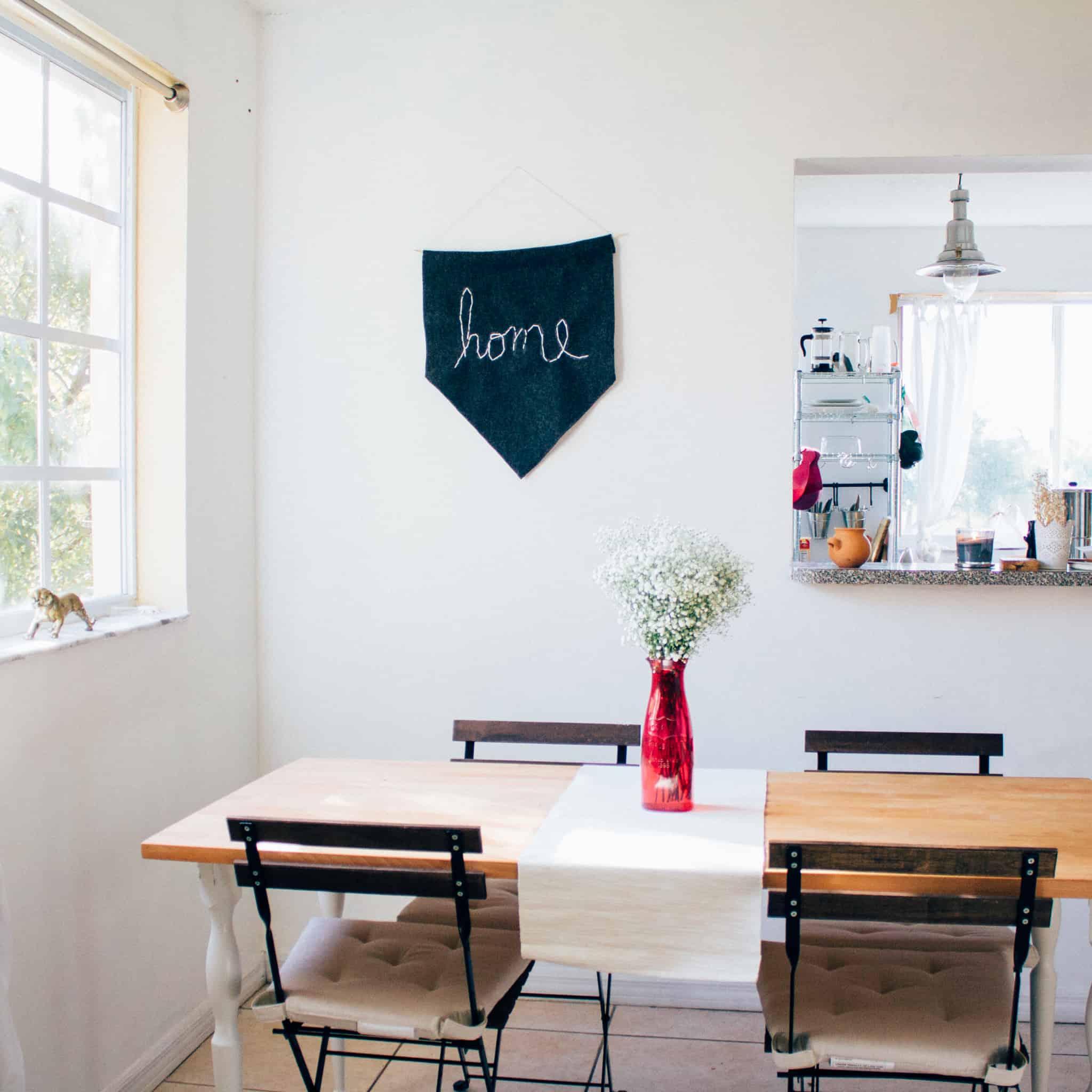 mesa de refeiçoes com quatro cadeiras