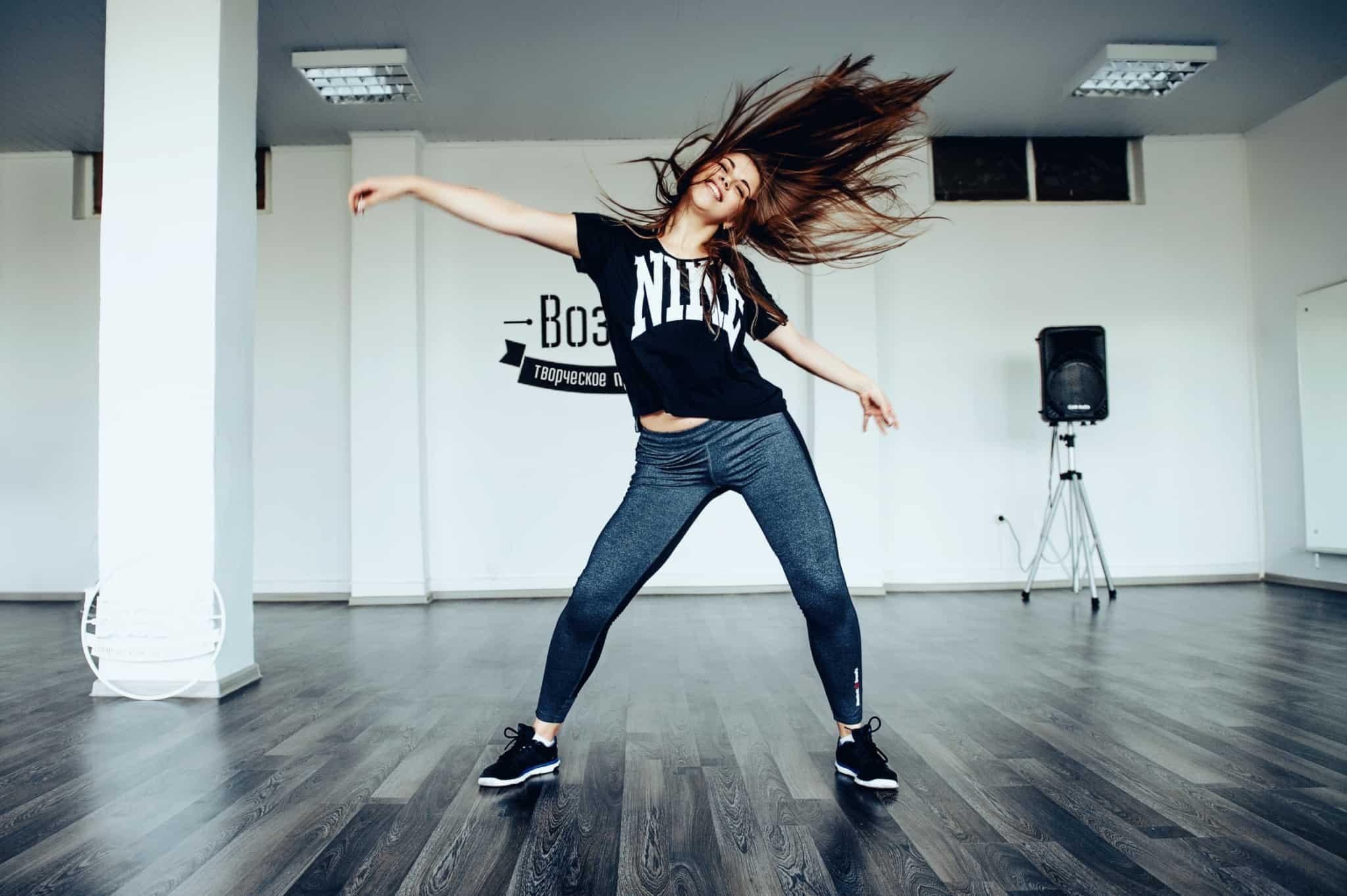 rapariga a dançar num estúdio
