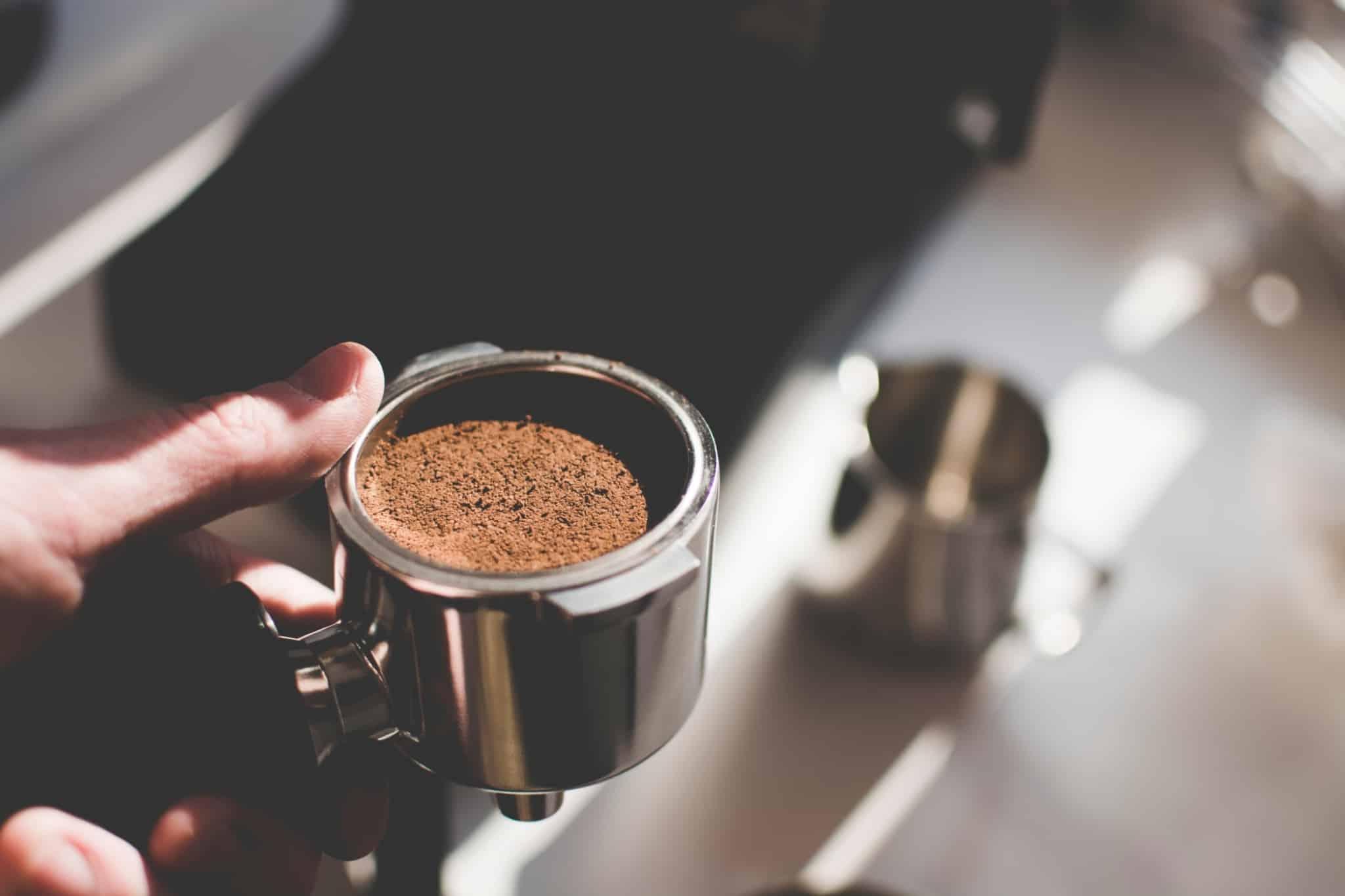 alguém a preparar café na máquina