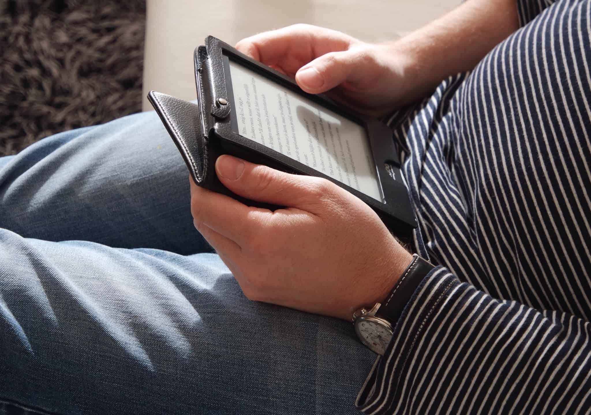 pessoa de camisola às riscas a ler num ebook