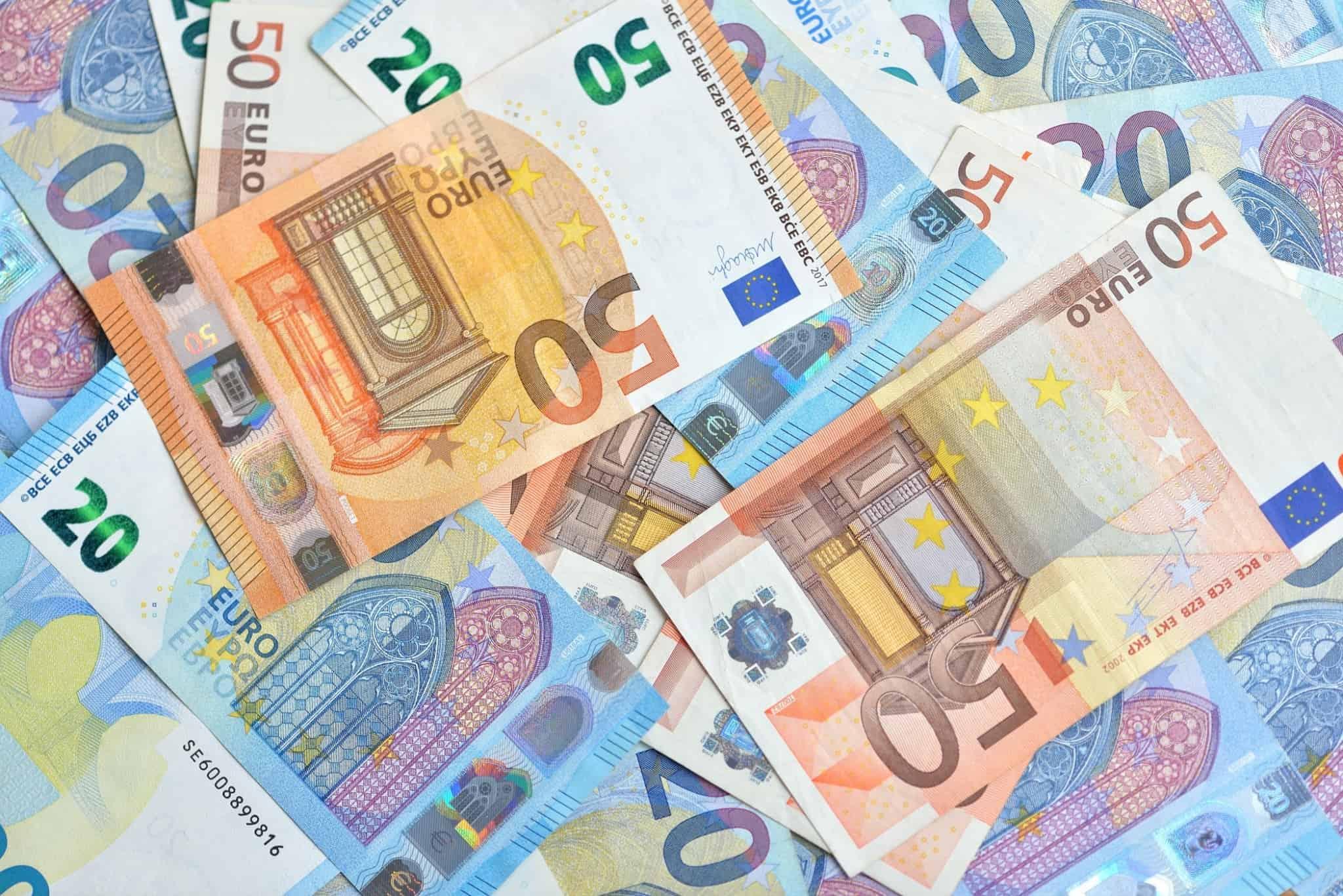 notas de vinte euros e notas de cinquenta euros