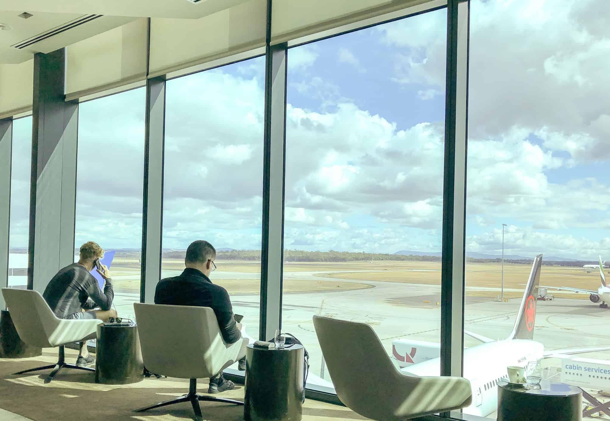 lounge de um aeroporto com dois homens