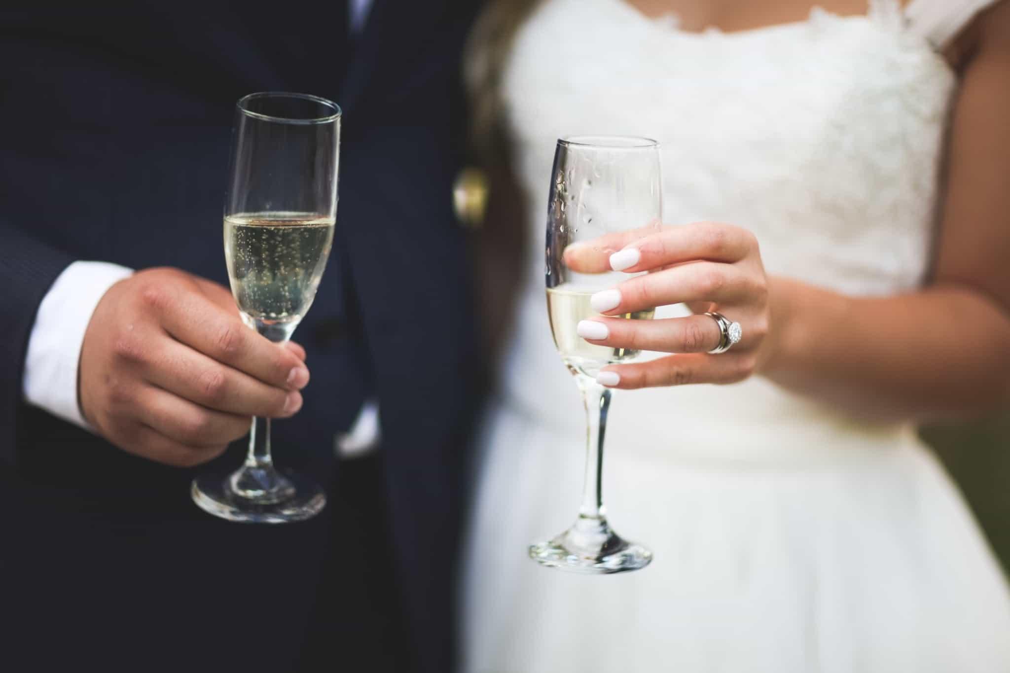 noivos a fazer um brinde com champanhe