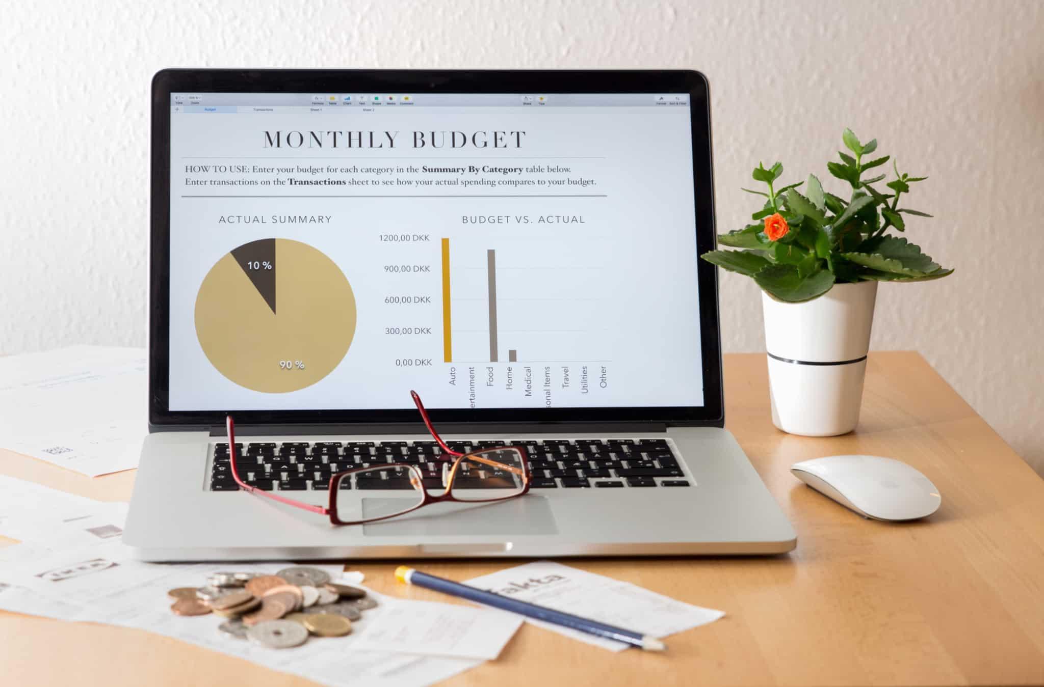 computador com o orçamento mensal no ecrã