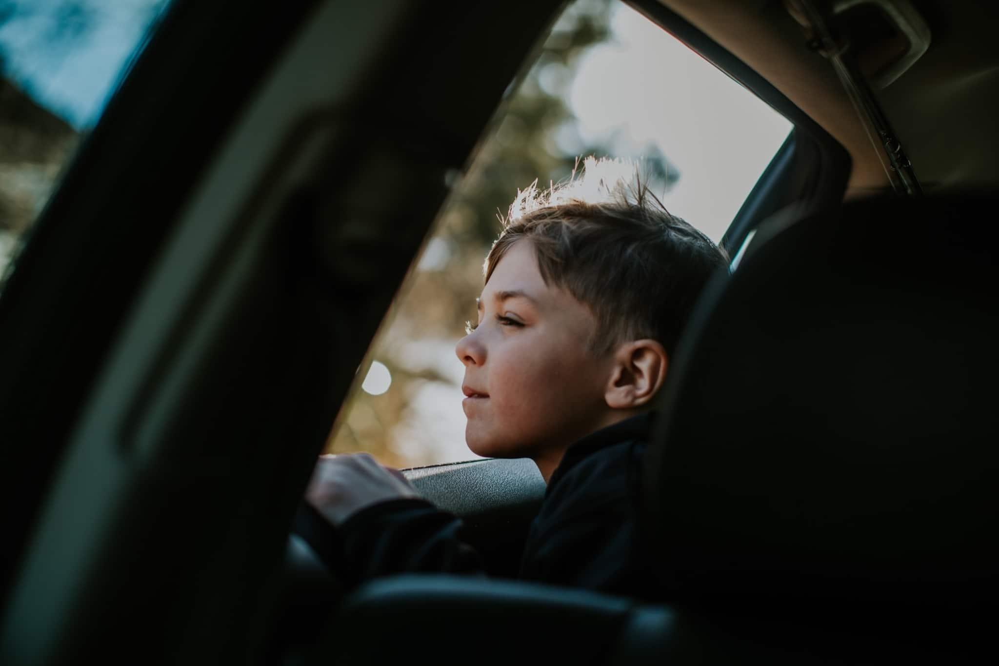 criança dentro de um carro