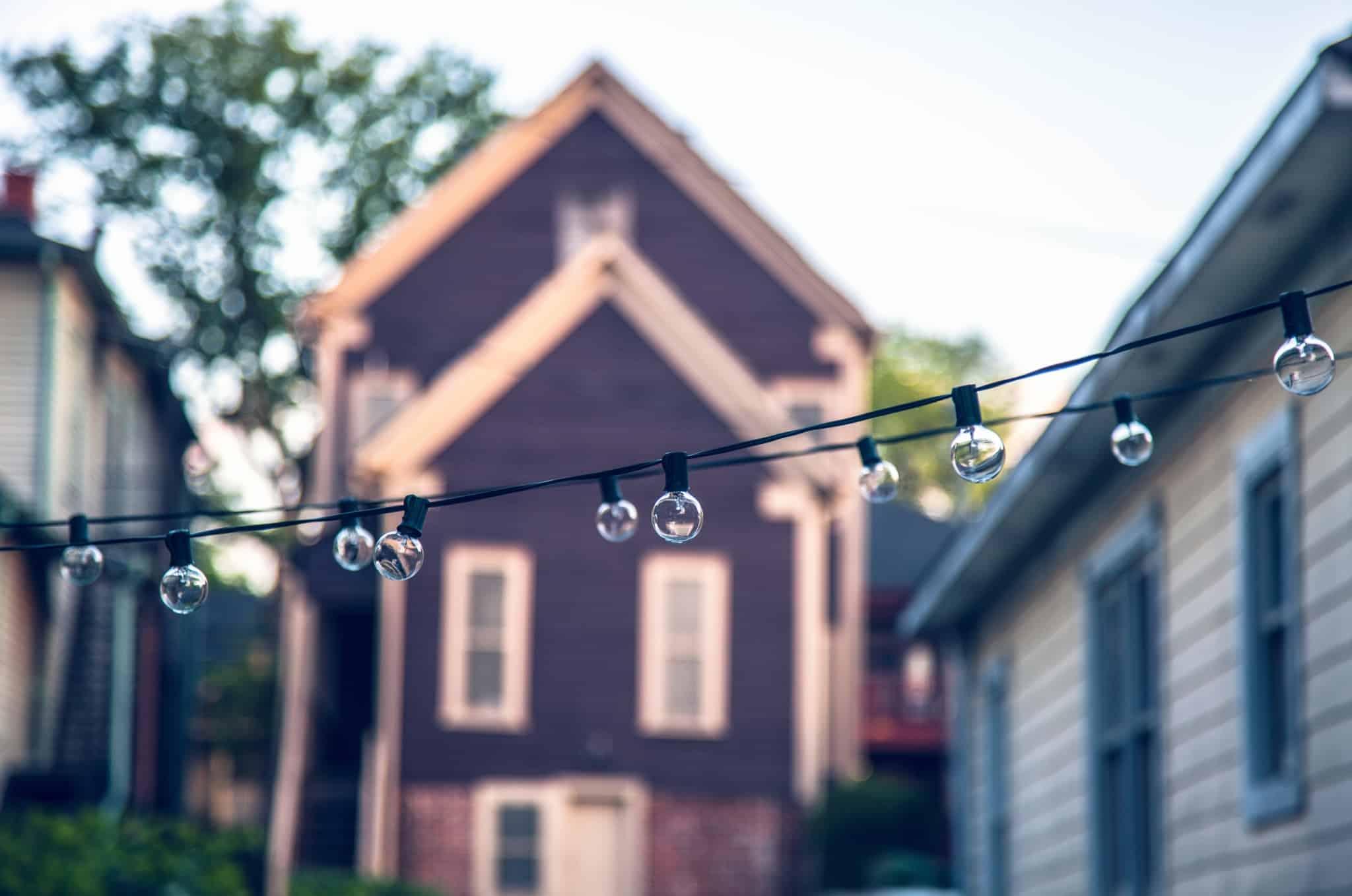 luzes penduradas entre duas casas
