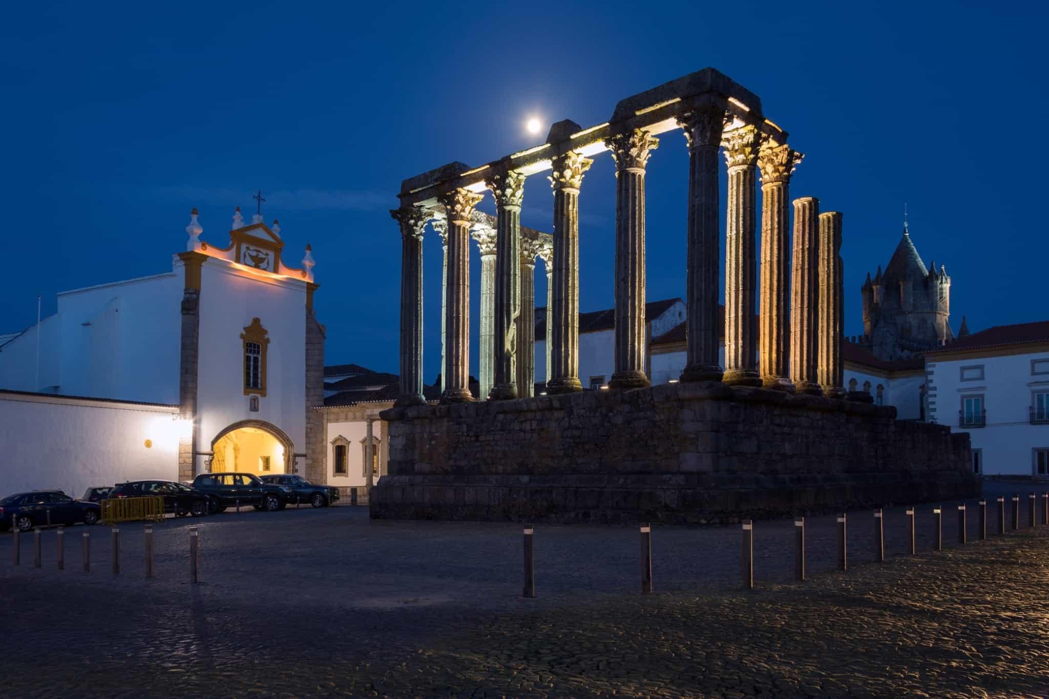templo de diana em évora à noite