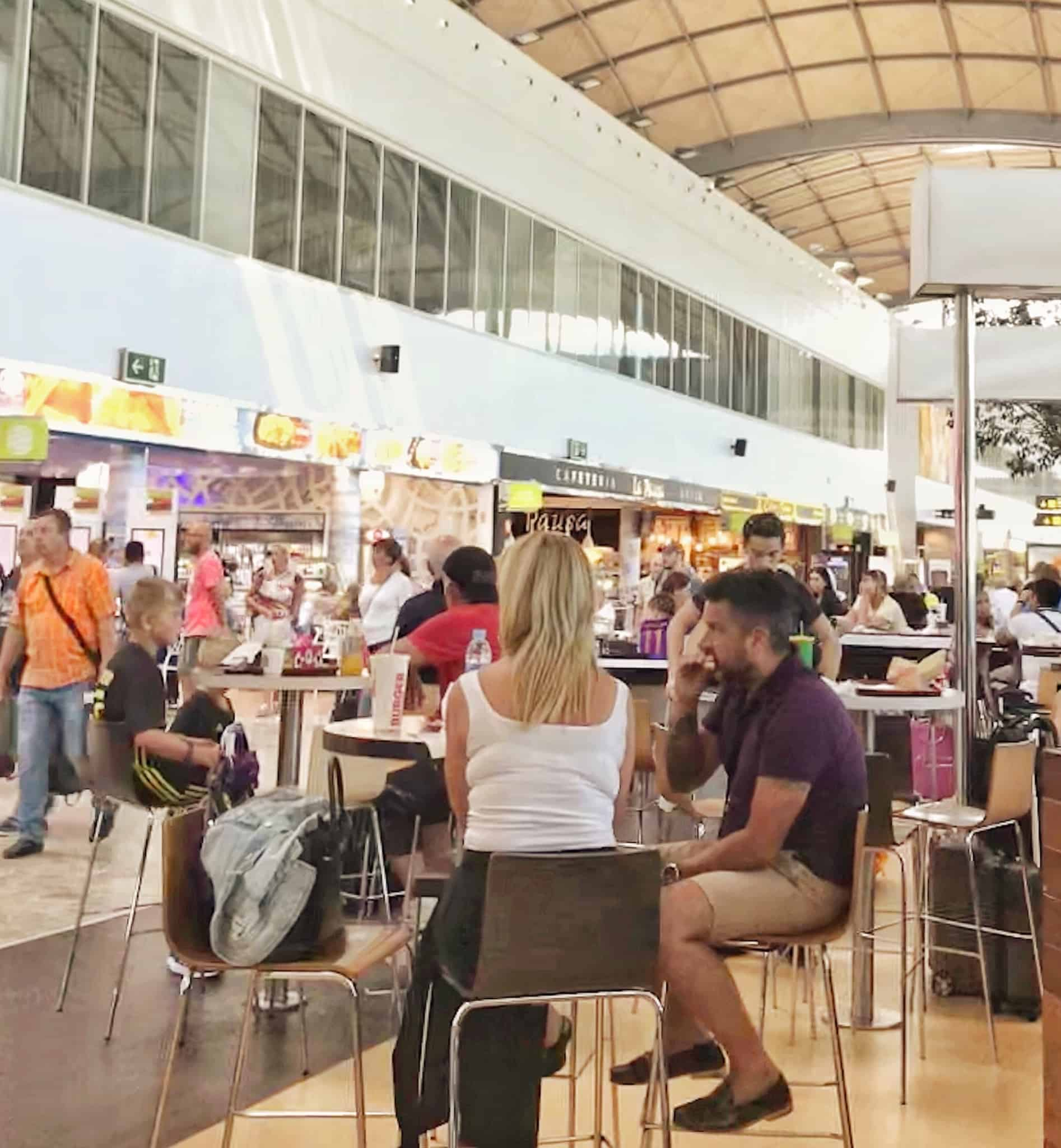 zona de restauração de um aeroporto