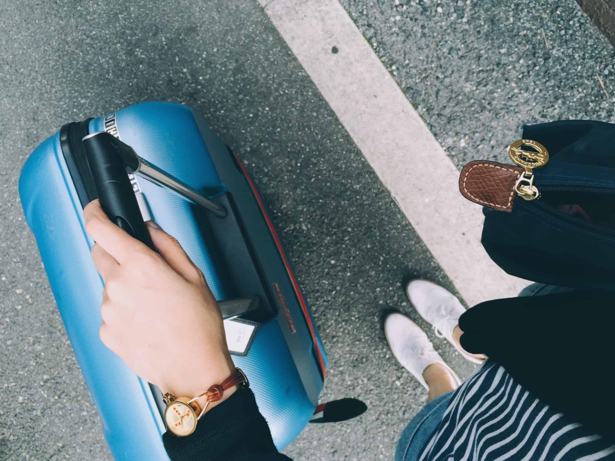 rapariga com malas de viagem