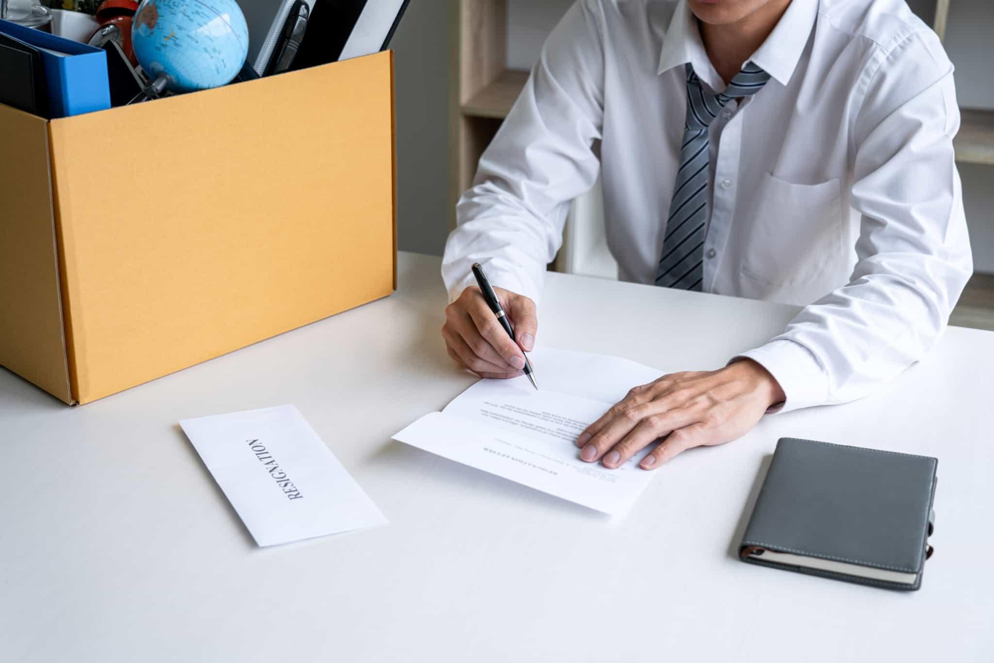 pessoa a escrever a sua carta de rescisão