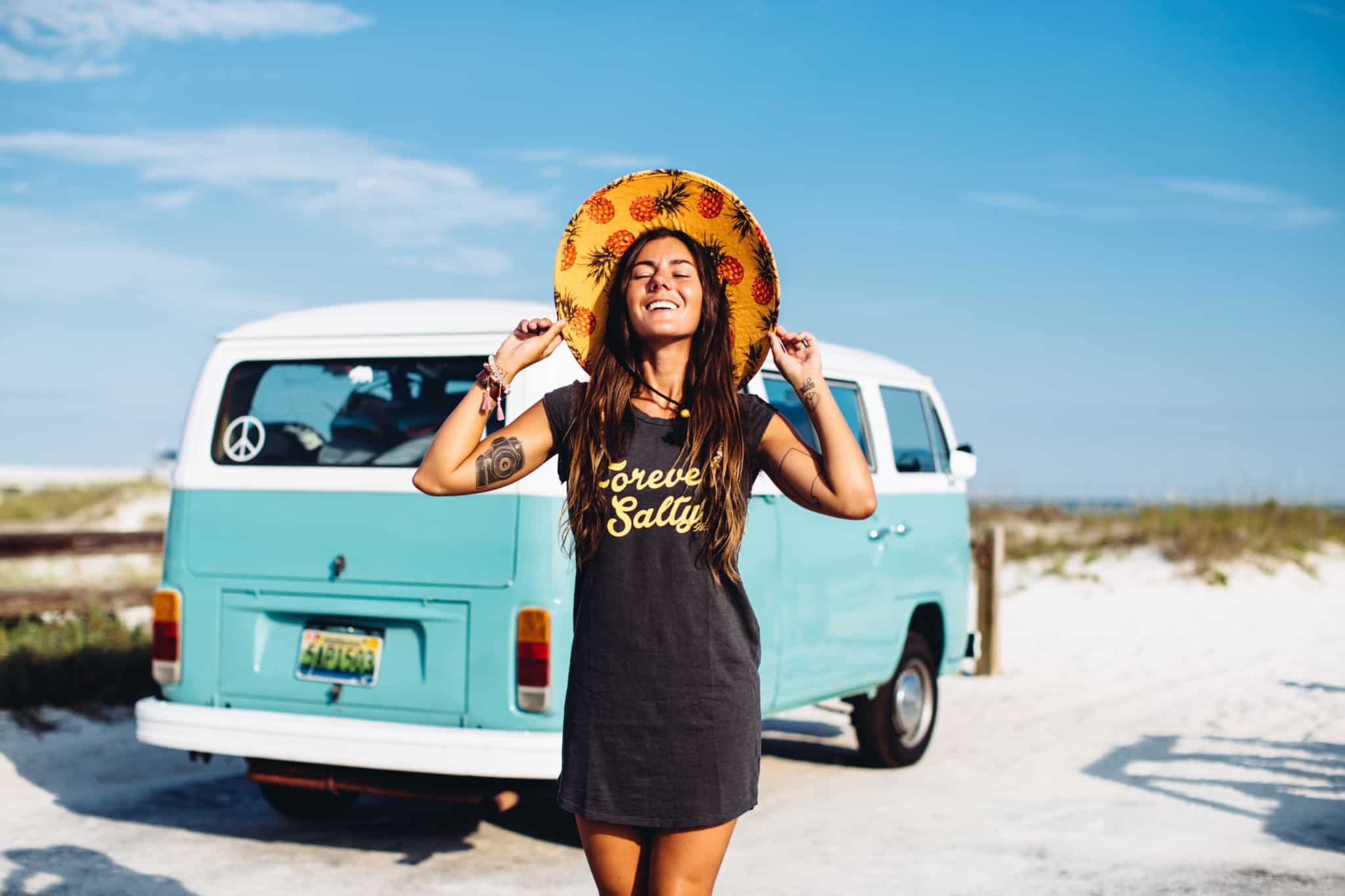 rapariga de férias à frente de uma caravana