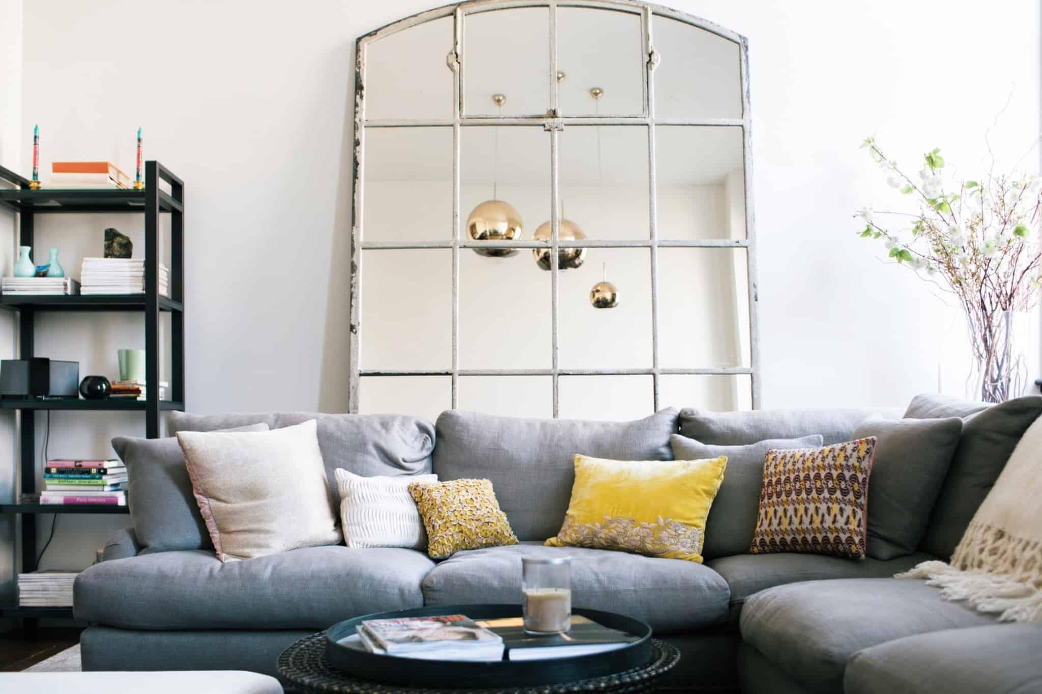 sala de estar com um sofá com vários lugares