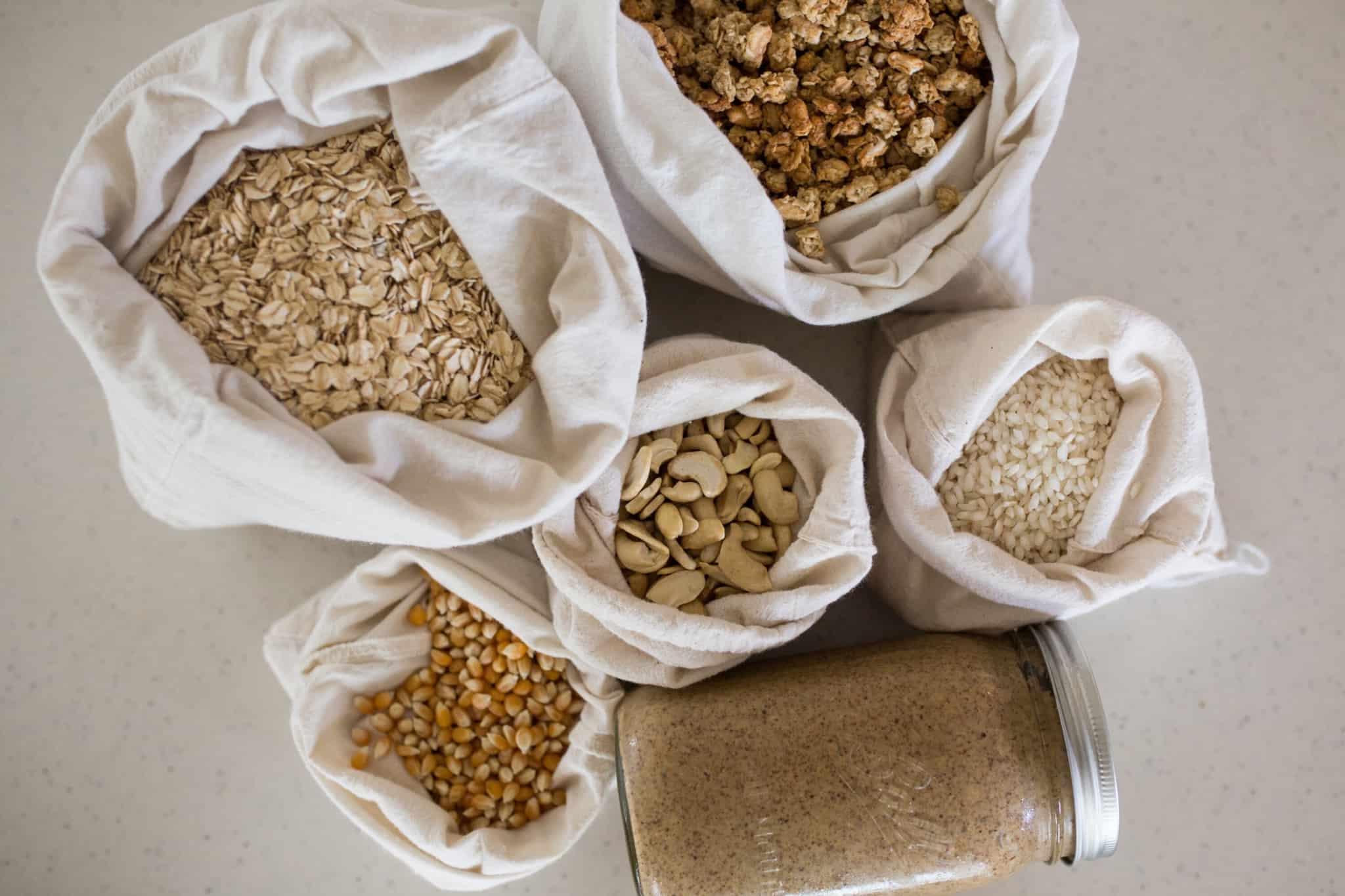 conjunto de sacos com varios cereais aveia etc