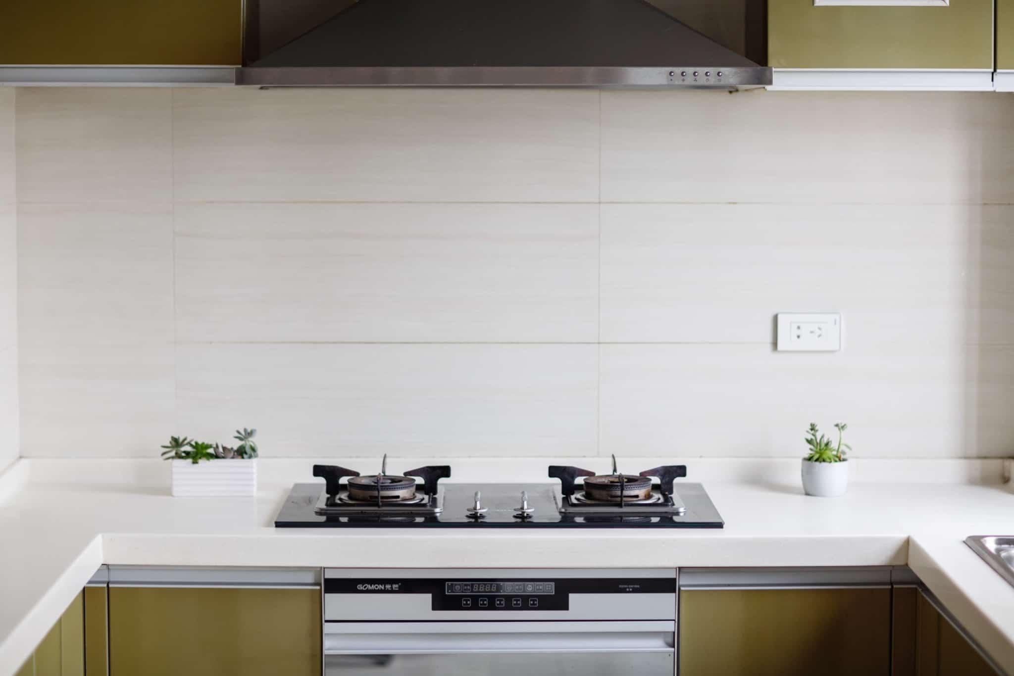 cozinha com forno e fogão com dois bicos