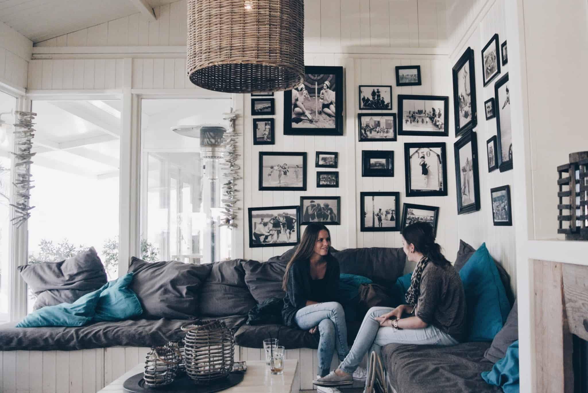 duas raparigas sentadas num sofá a conversar