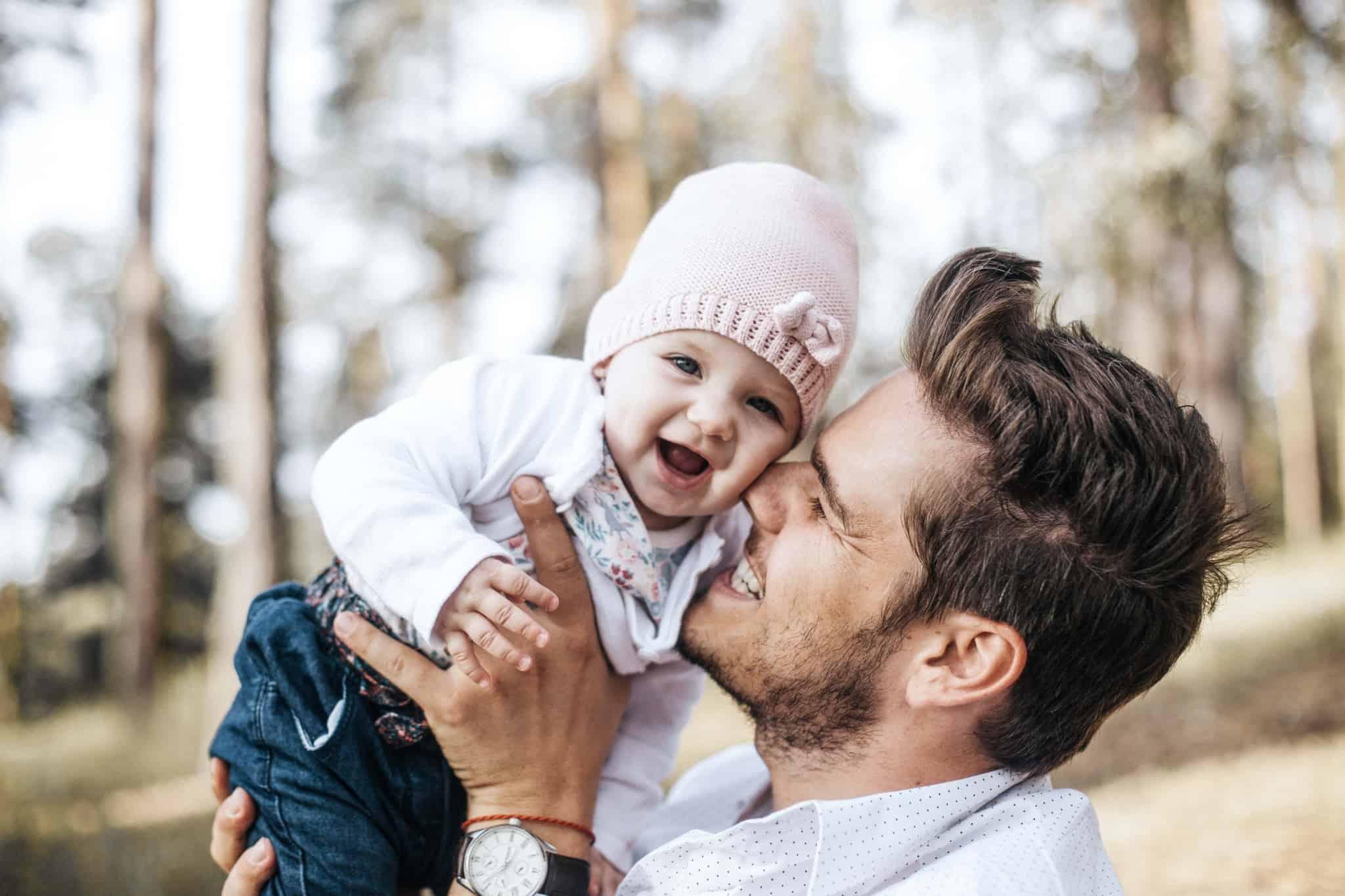 Pai brinca com filha alegre e seguro