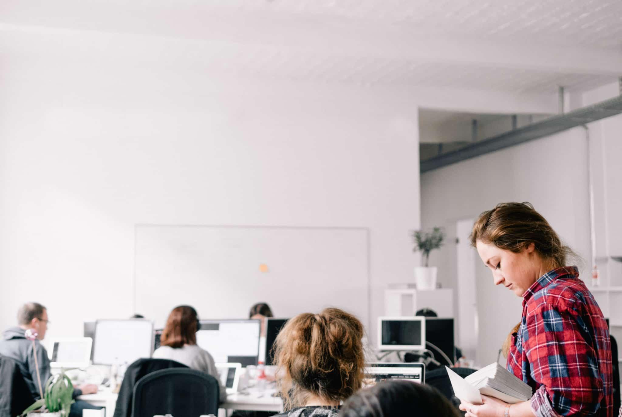 escritório de uma startup com várias mulheres a trabalhar