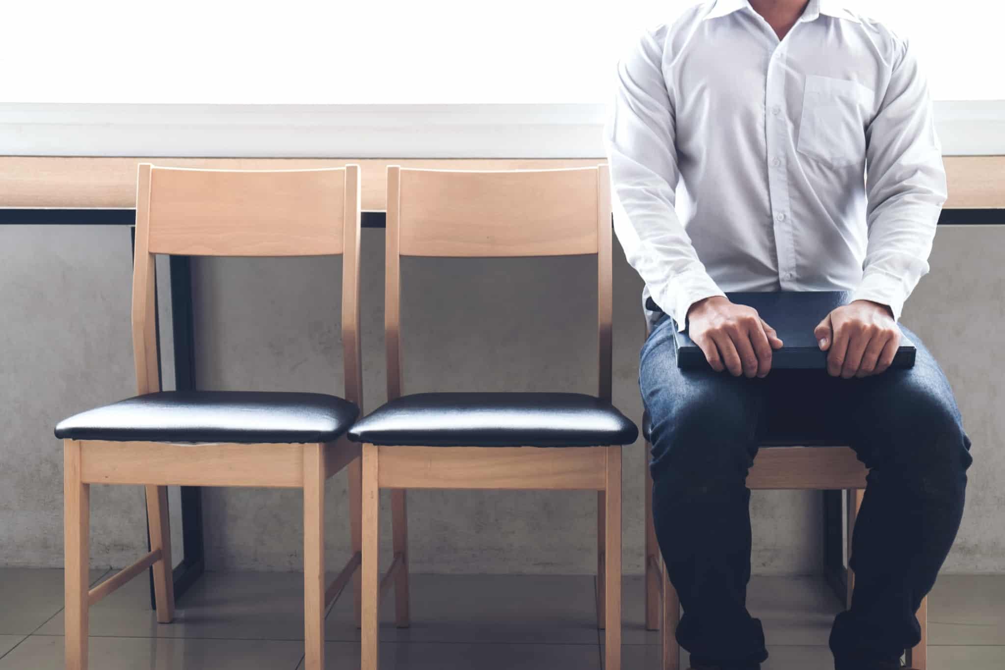pessoa sentada à espera de uma entrevista de trabalho