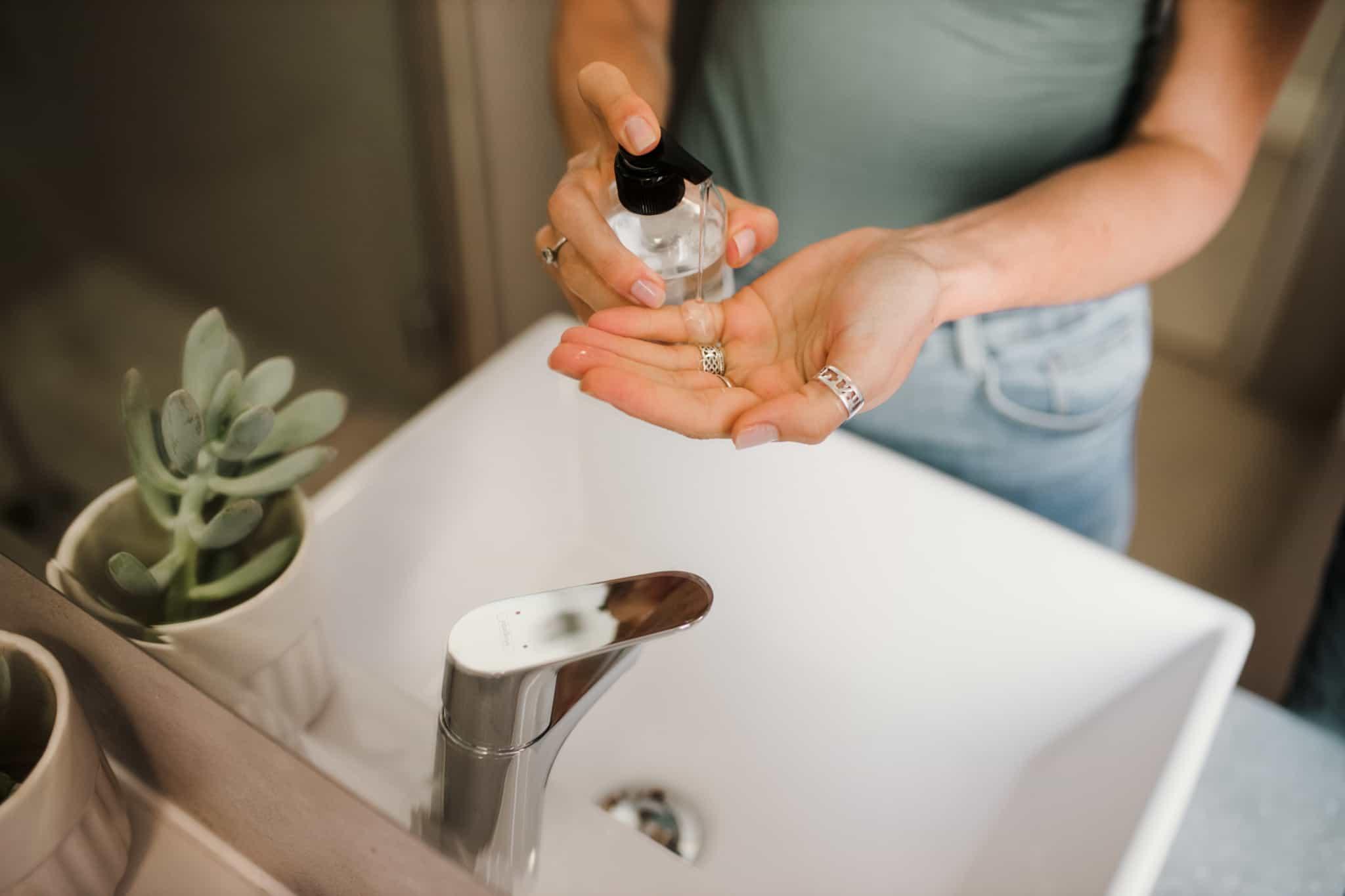 mulher a lavar as mãos com o gel desinfetante