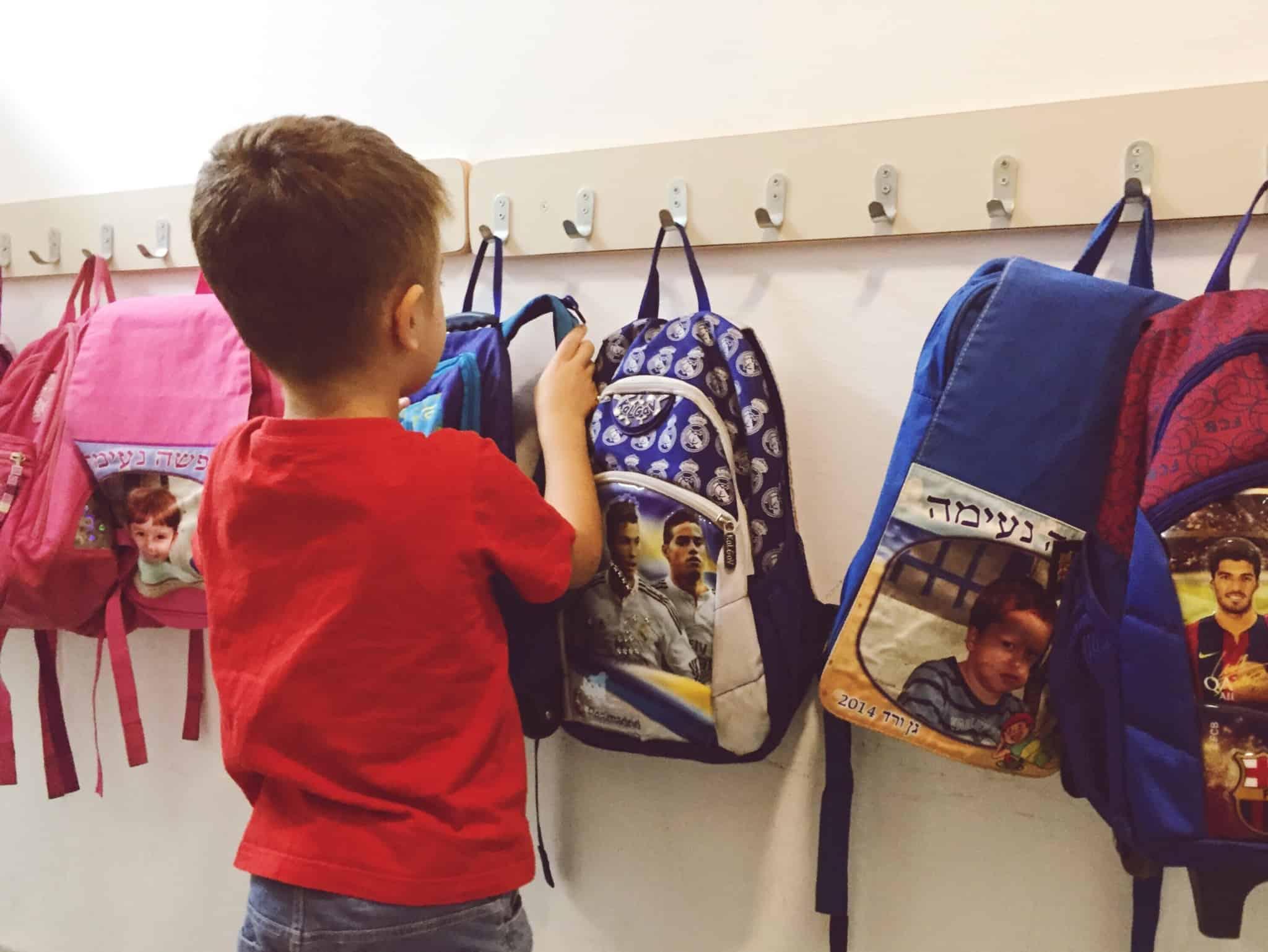 criança na escola e arrumar a mochila