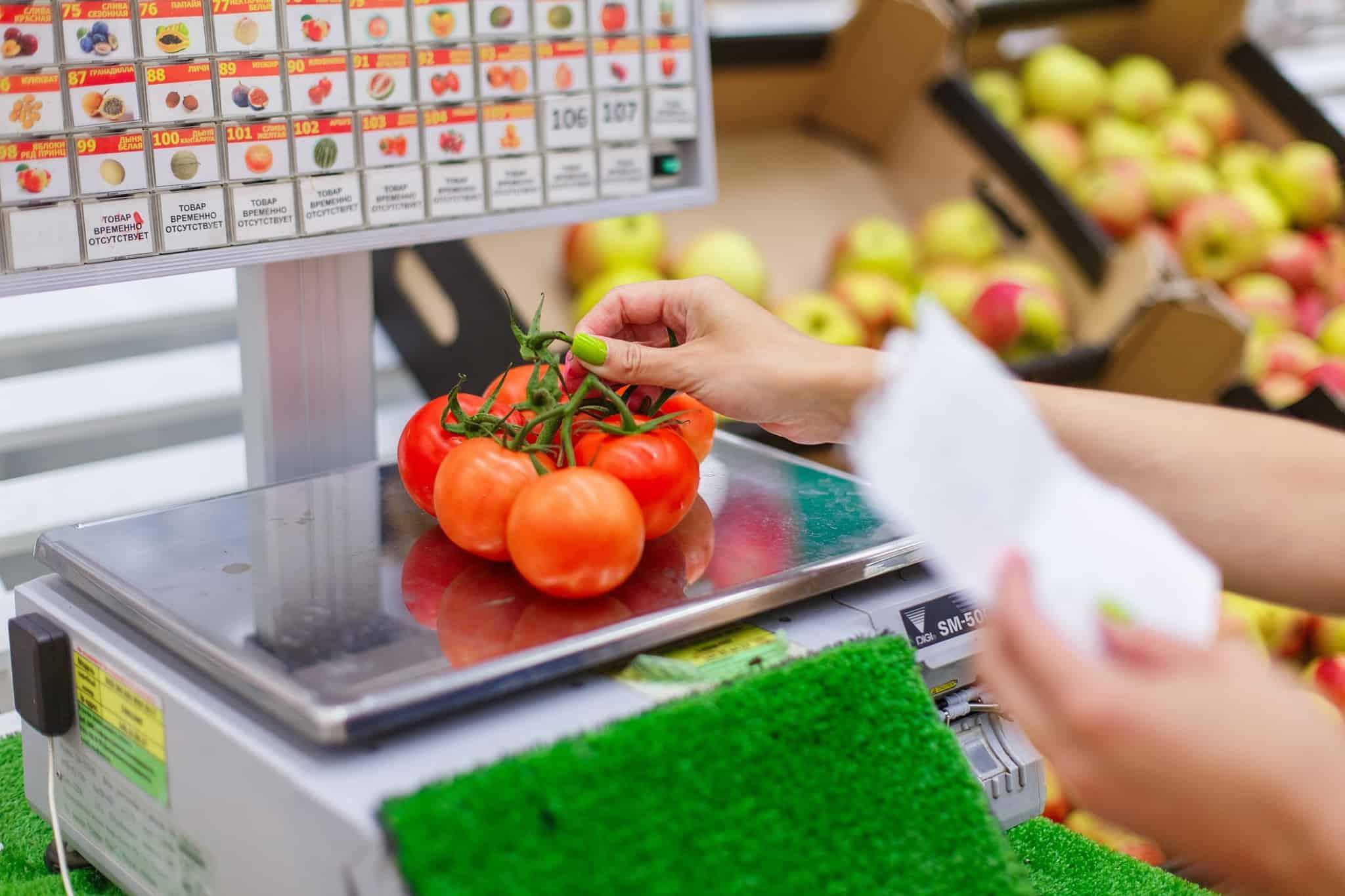 compras no supermercado a pesar tomates