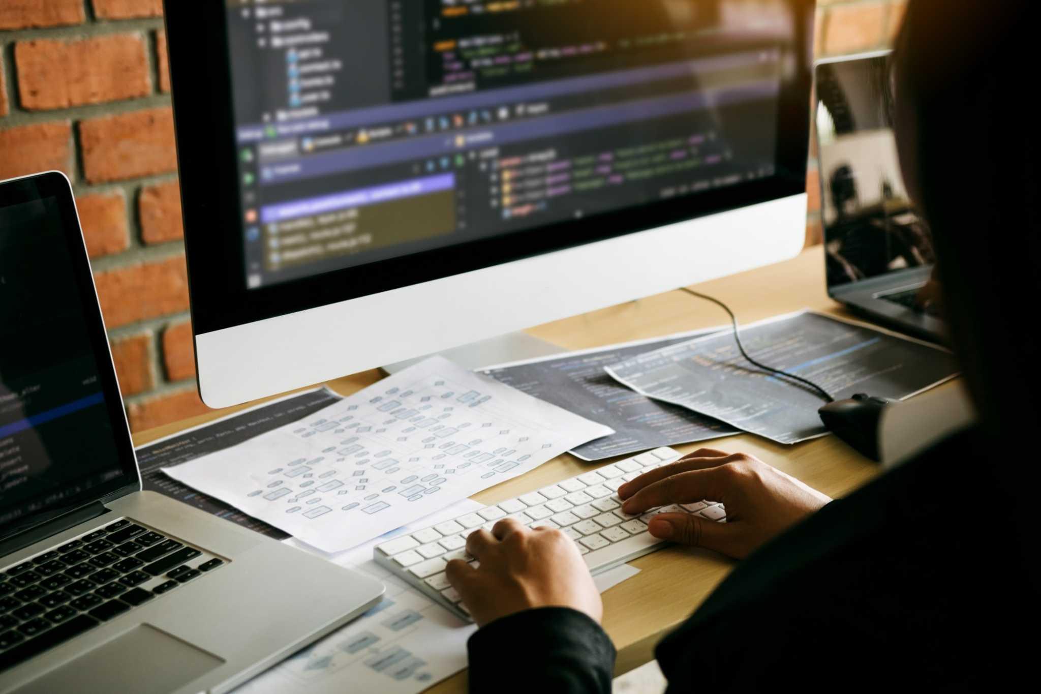 rapaz programador web designer a escrever código