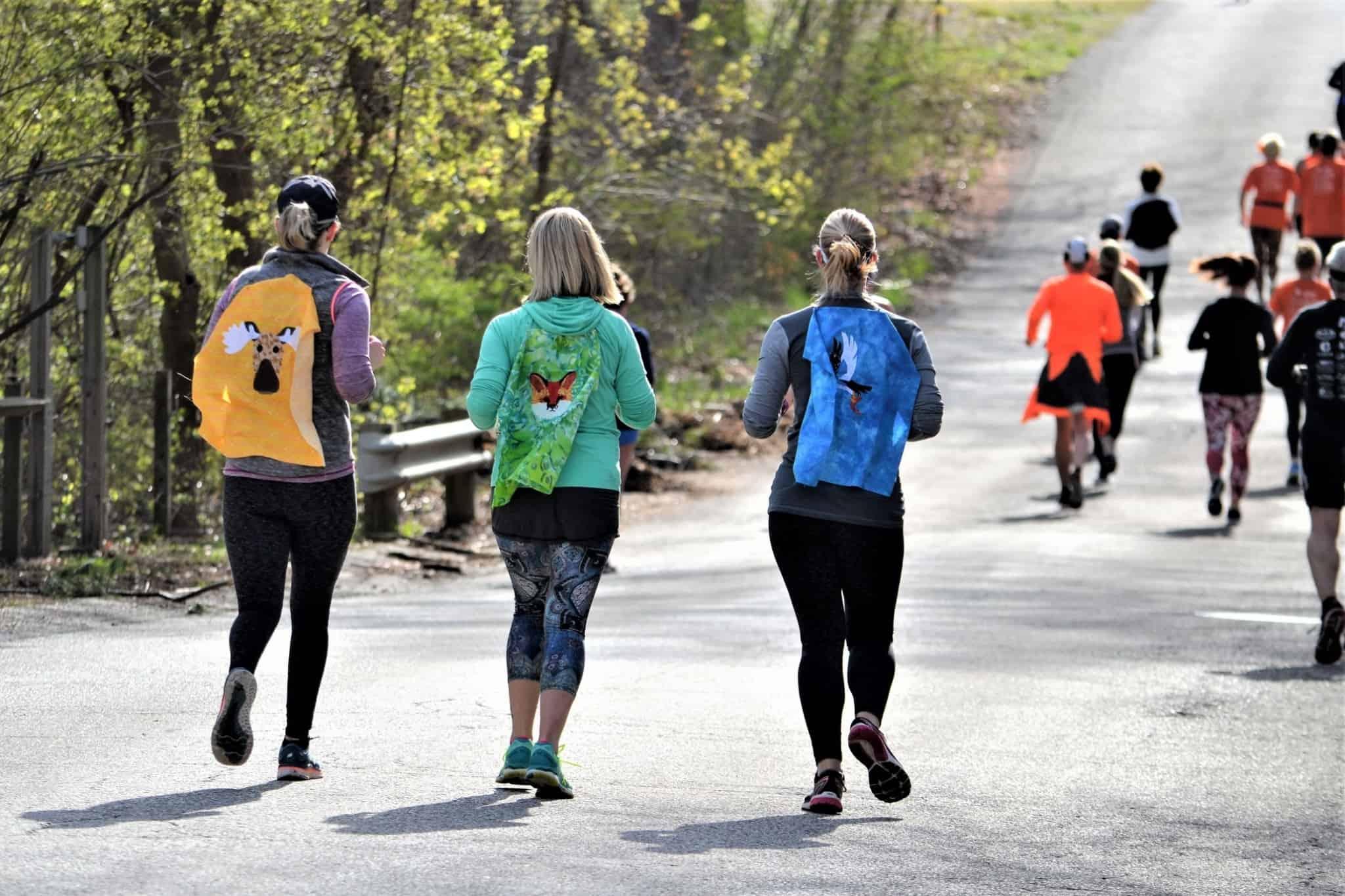 pessoas a correr para uma maratona solidária